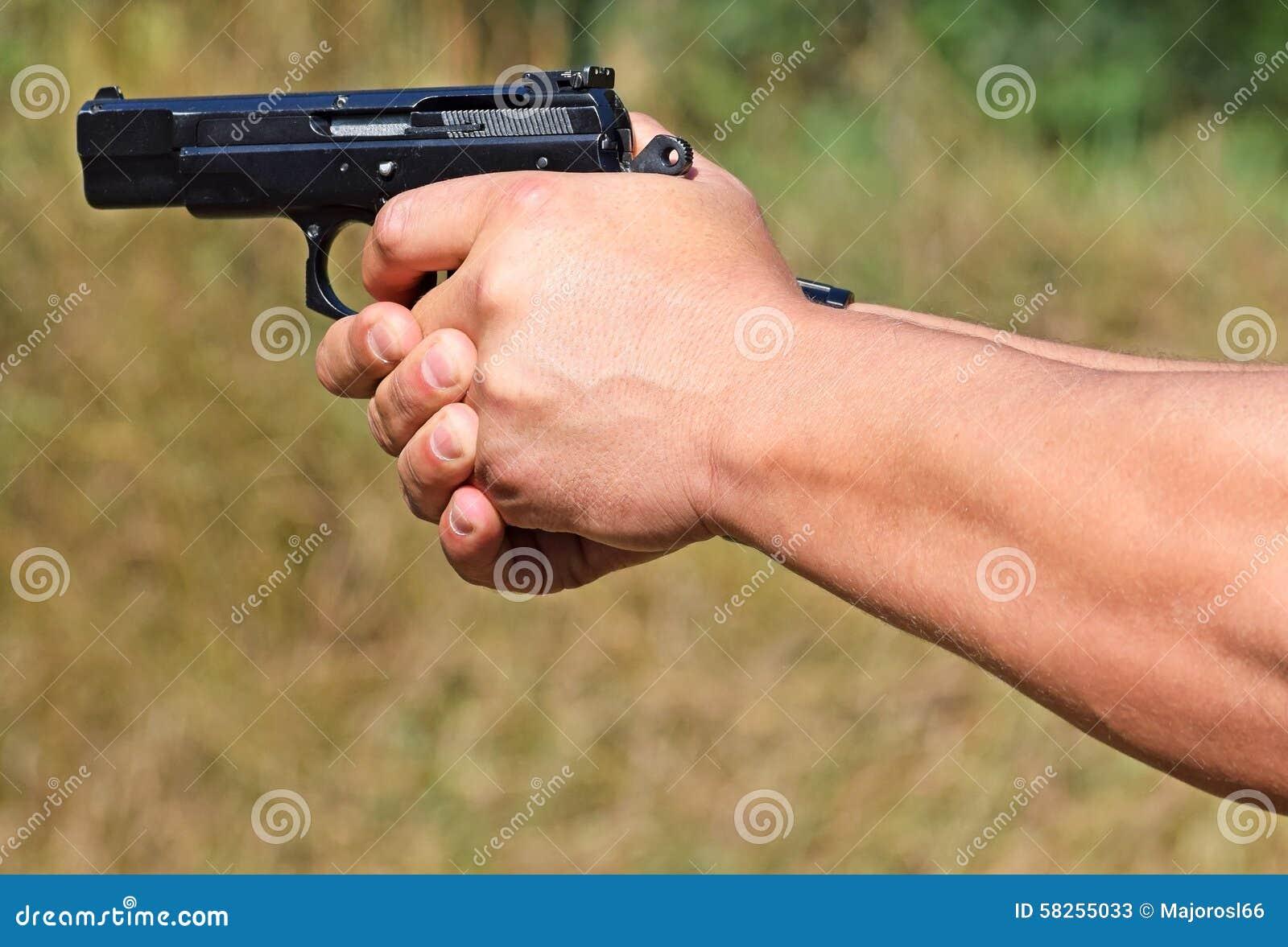 Стрельба с пистолетом