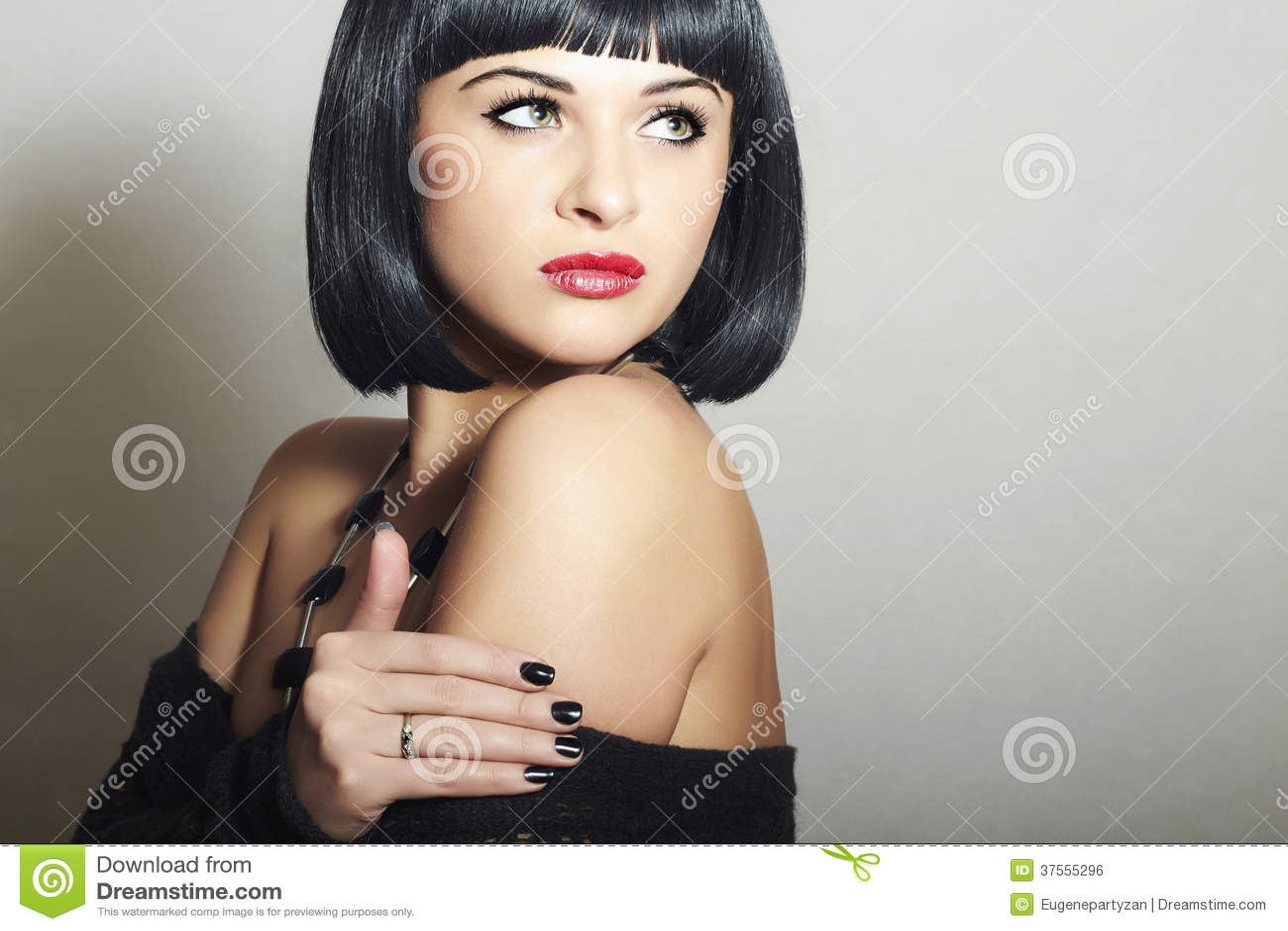Стрижка брюнет молодая сексуальная Woman.bob Eautiful. красные губы