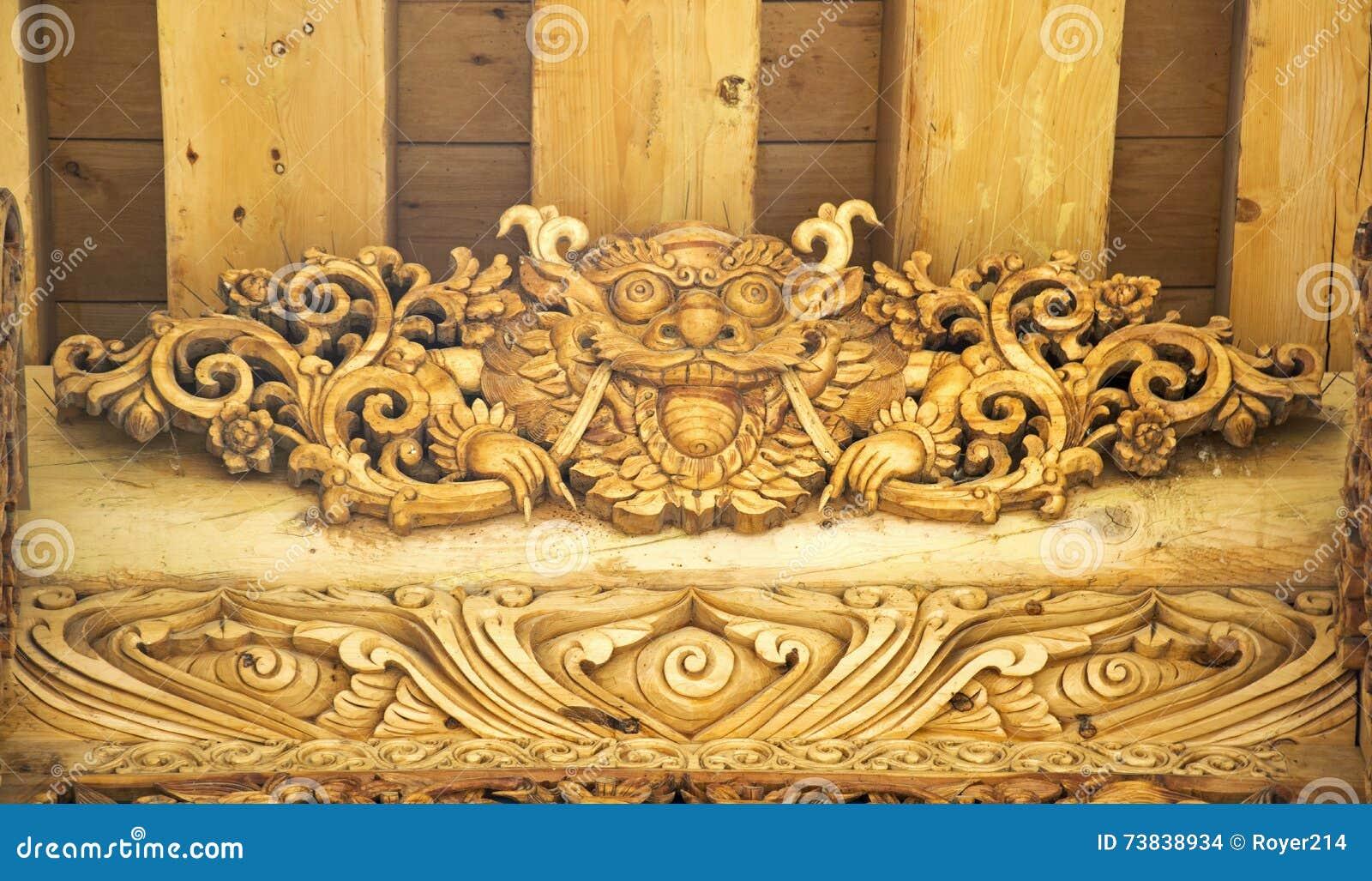 Строб льва деревянный высекая