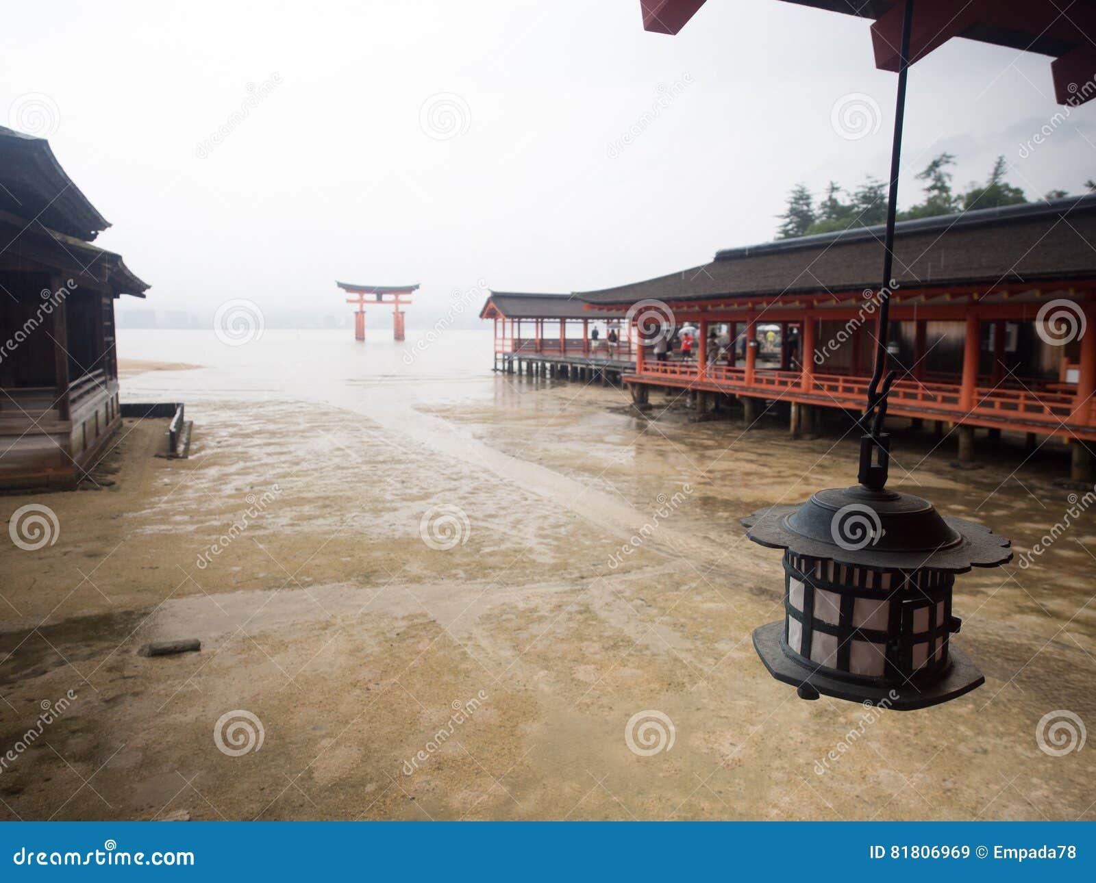 Строб Torii в океане