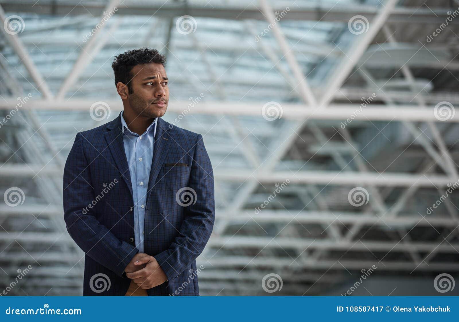Строгий бизнесмен выражает заботу
