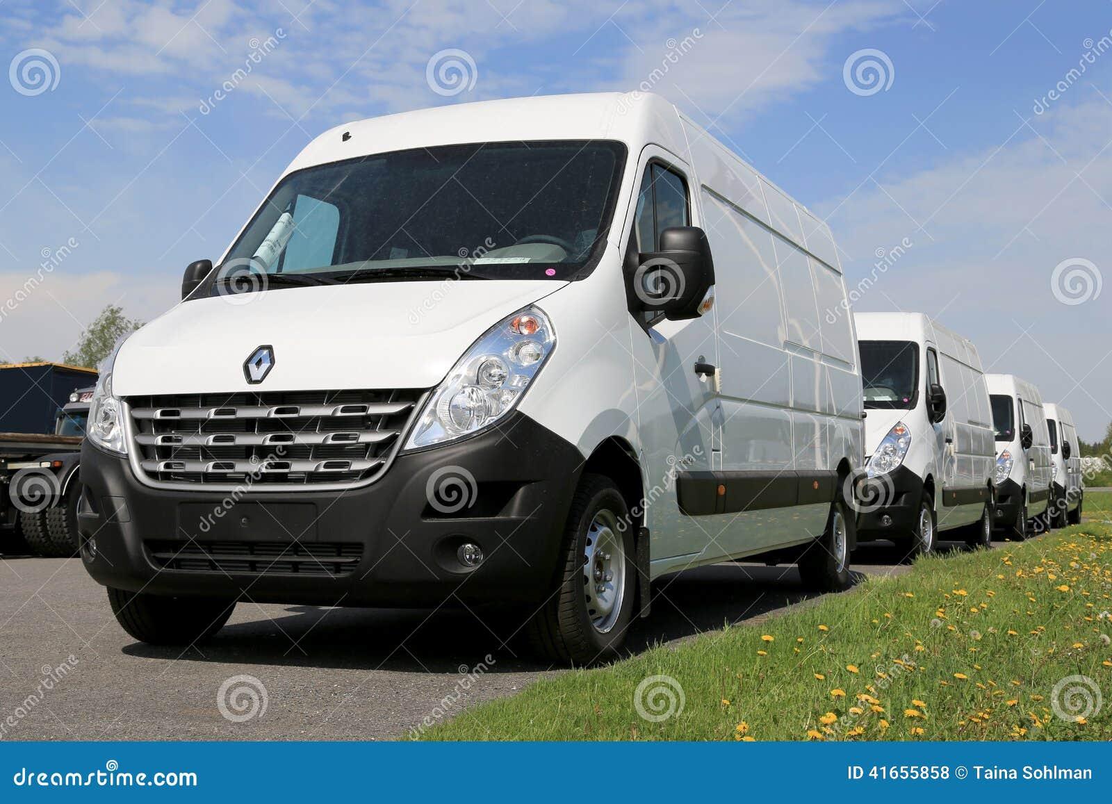 Строка белых фургонов мастера Renault