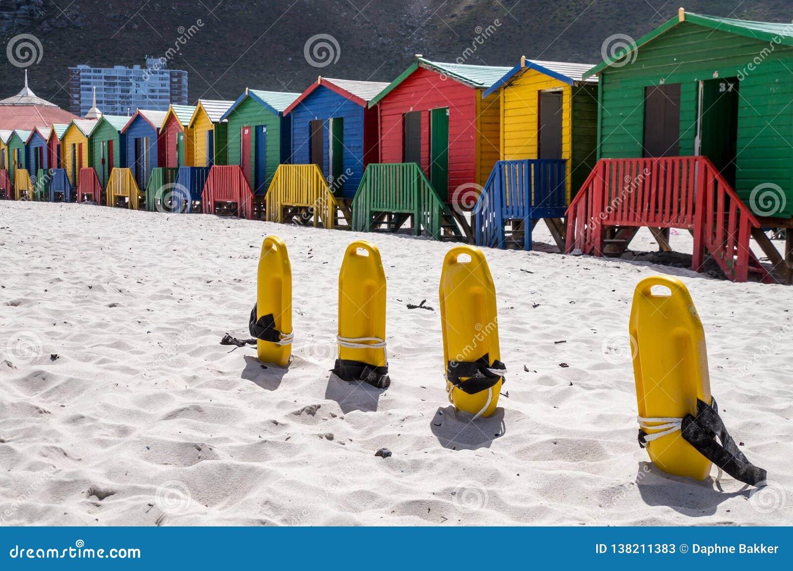 Строка красочных купая домов на пляже Muizenberg