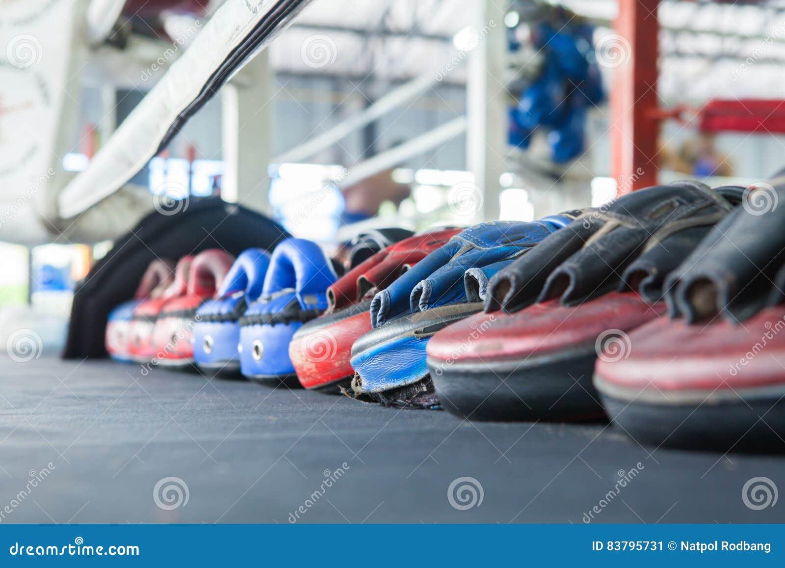 Строка тайской перчатки пусковой площадки пунша фокуса цели тренировки перчатки бокса дальше