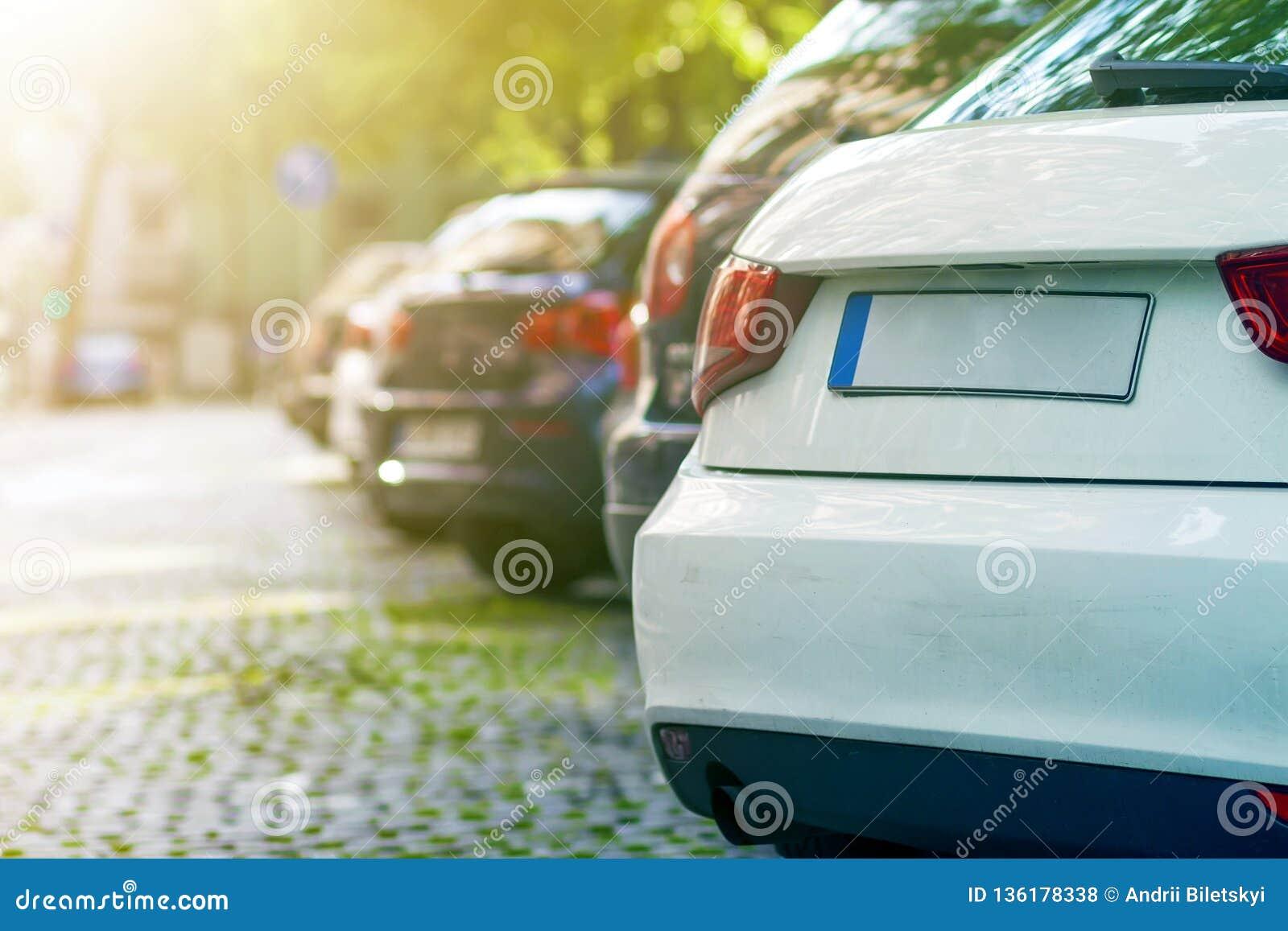 Строки автомобилей припарковали на обочине в жилом районе