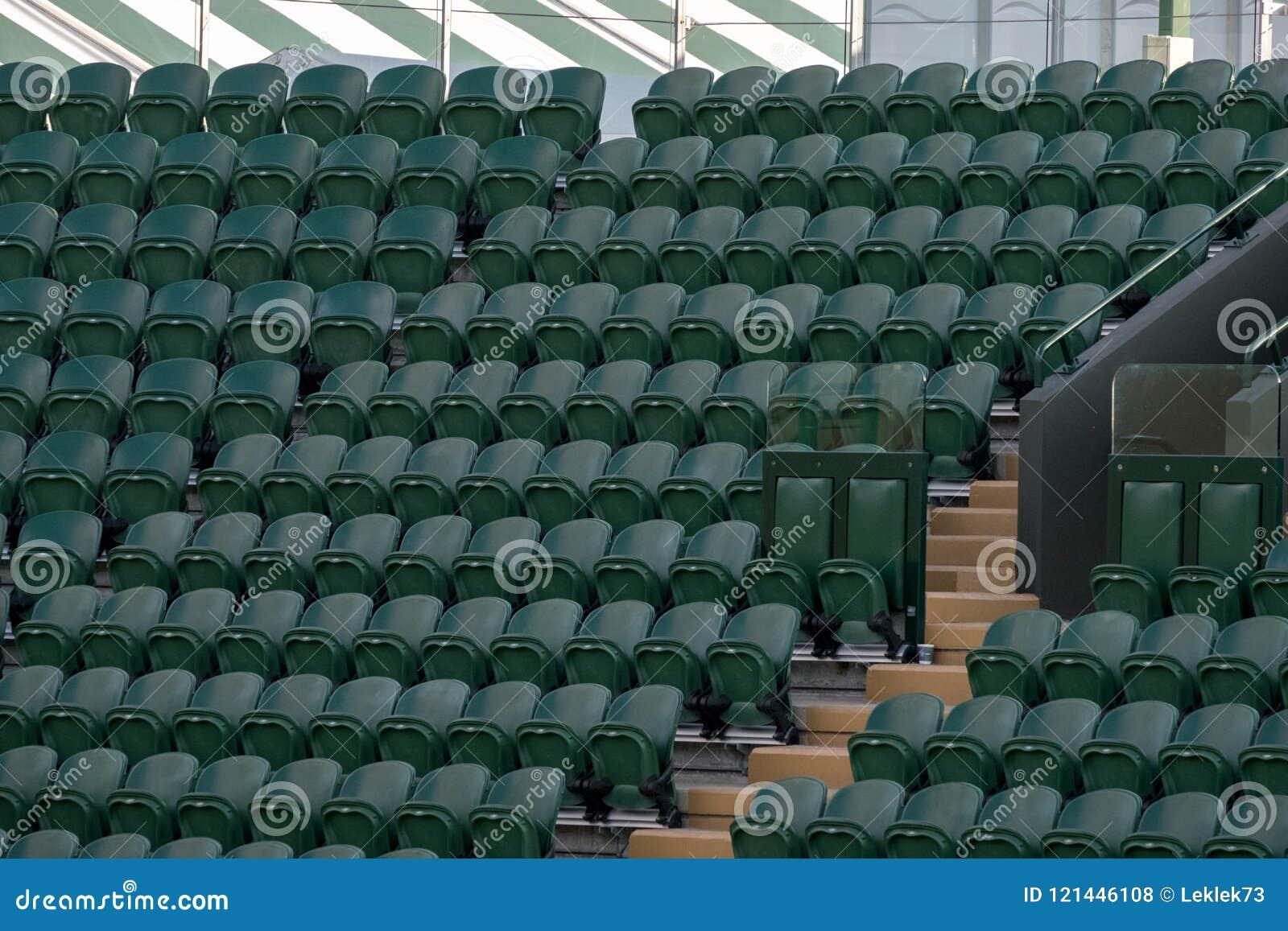 Строки пустого зеленого ` зрителей предводительствуют на Уимблдоне весь теннисный клуб лужайки Англии