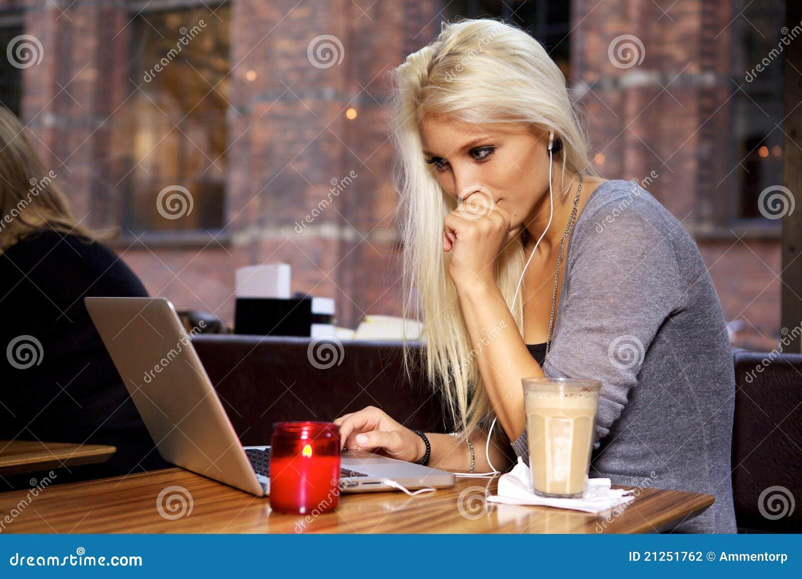Студент колледжа на кафе