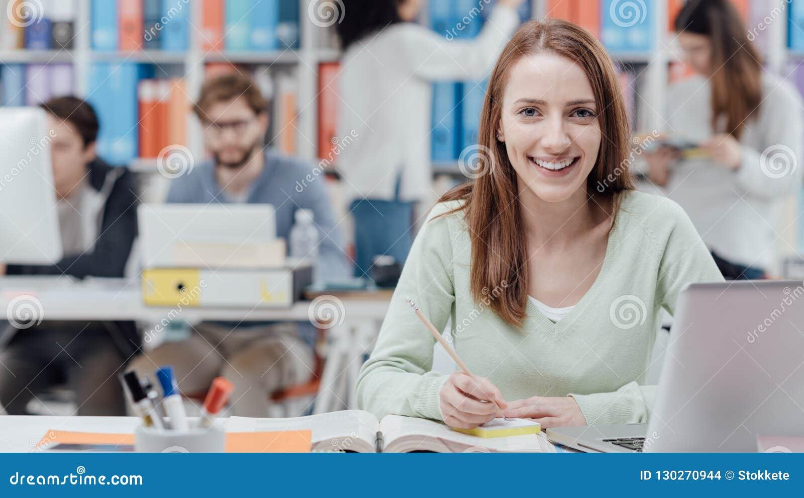 Студент университета читая учебник