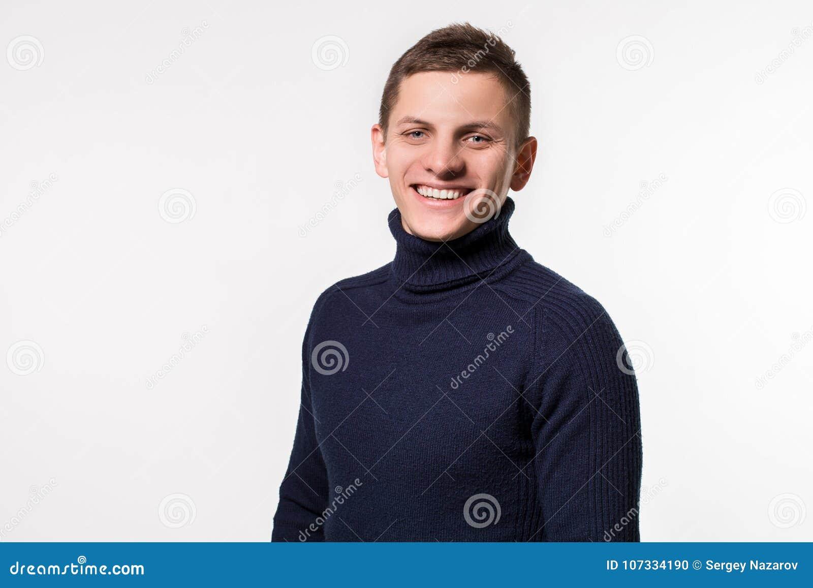 Студия сняла молодого человека нося голубой свитер turtleneck против