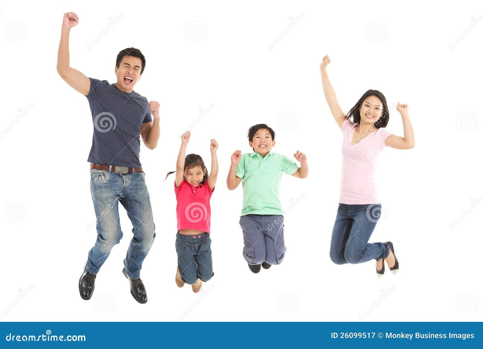 Студия снятая китайской семьи скача в воздух