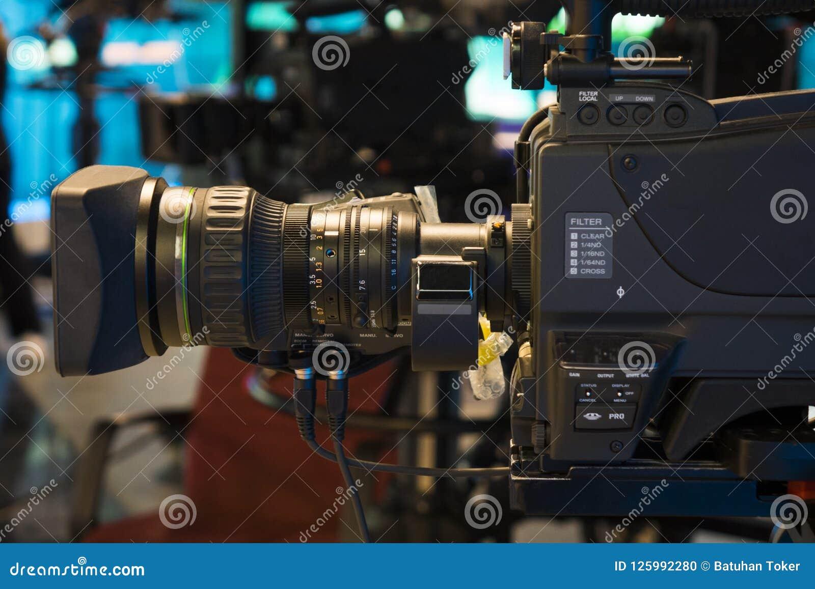 Студия телевидения с камерой и светами - тв-шоу записи поле глубины отмелое