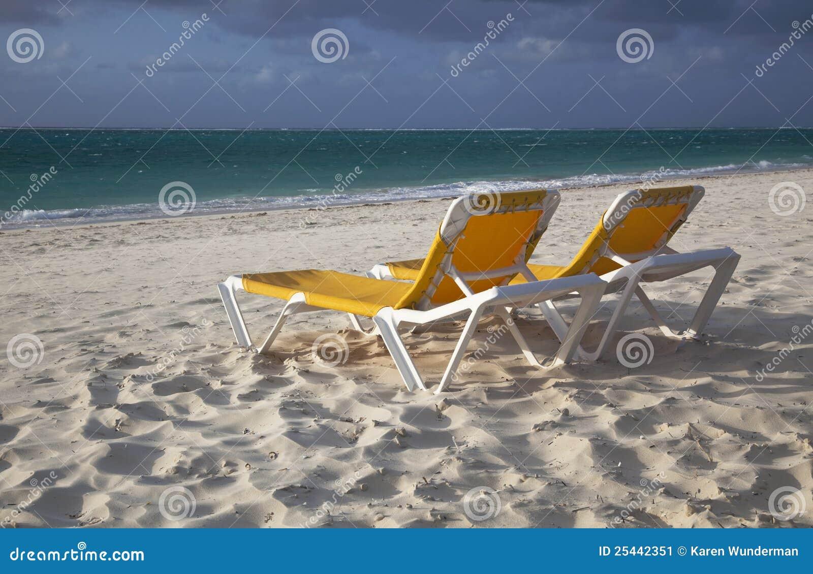 стулы пляжа опорожняют желтый цвет салона 2