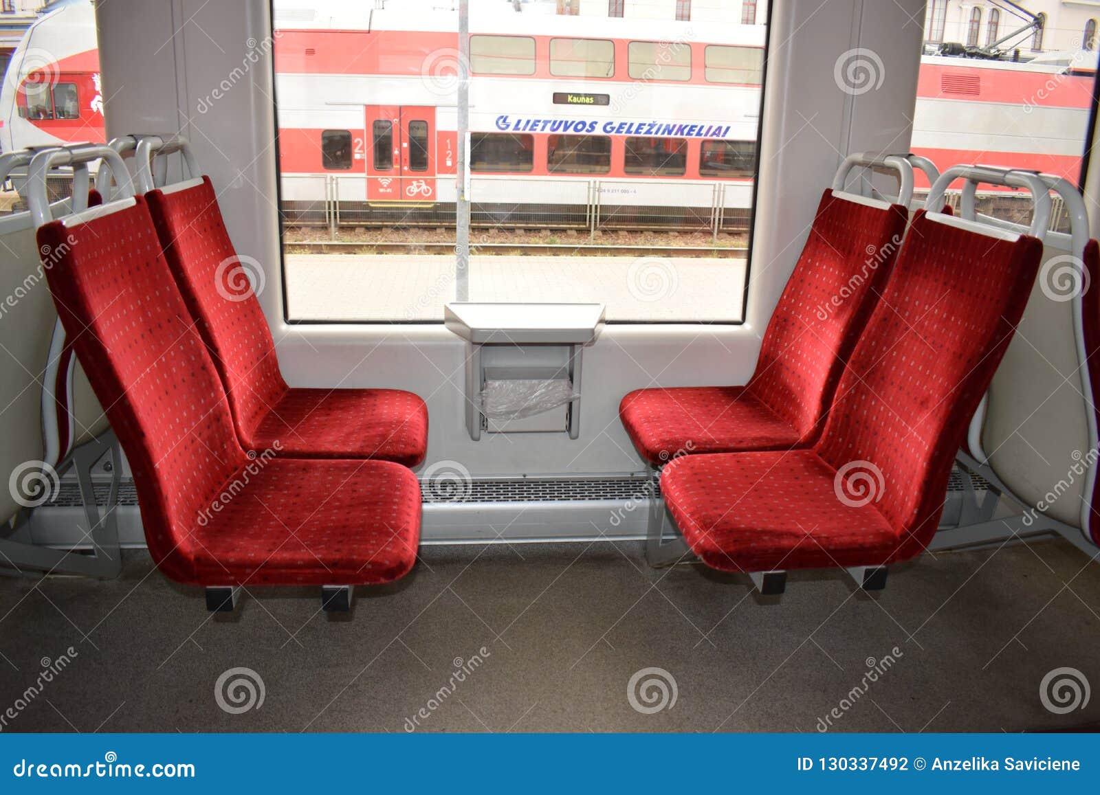 Стулья в электропоезде с красным драпированием velor Интерьер вагона