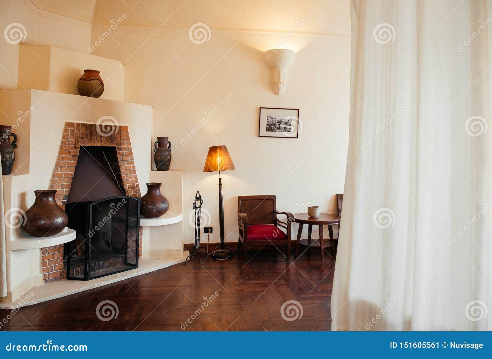 Стулья и лампа винтажного ретро старого камина кирпича деревянные