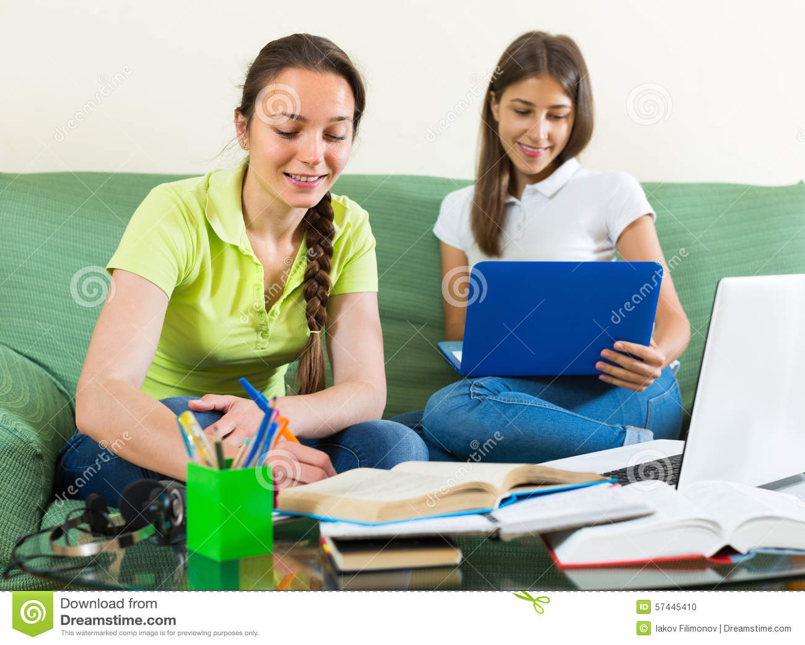 2студентки и учитель