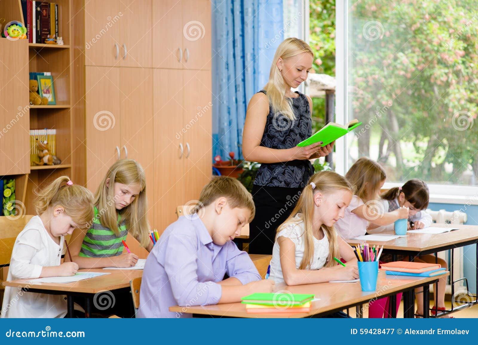 Студенты в классе пишут назначения который читает их детеныш