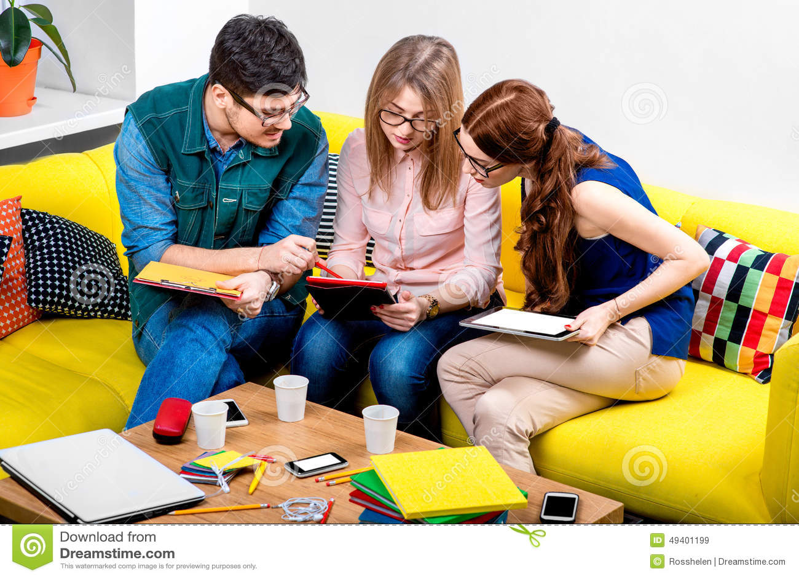 студенты на кресле