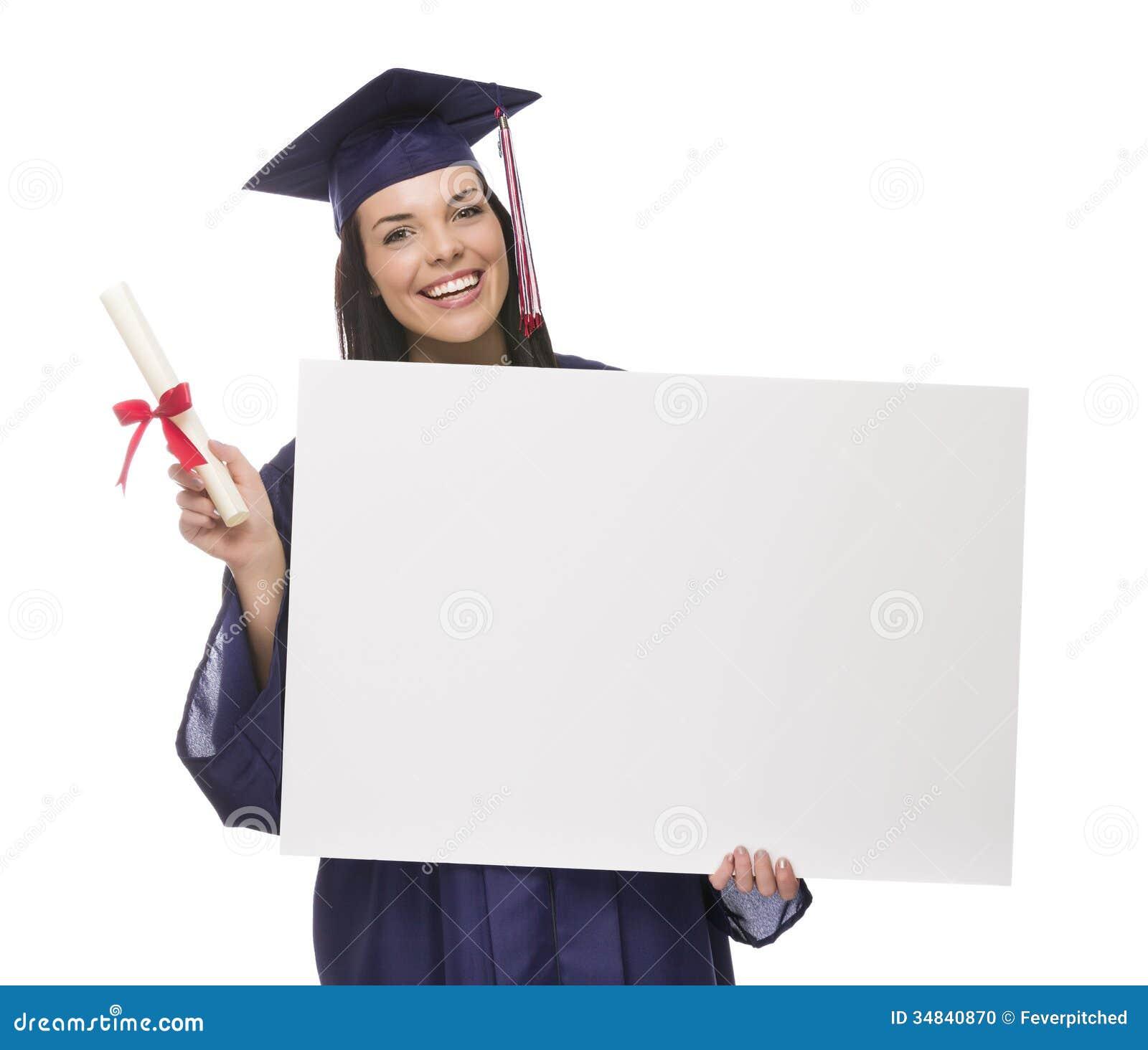 Студент выпускник женщины в крышке и мантии держа пустой знак  Студент выпускник женщины в крышке и мантии держа пустой знак диплом