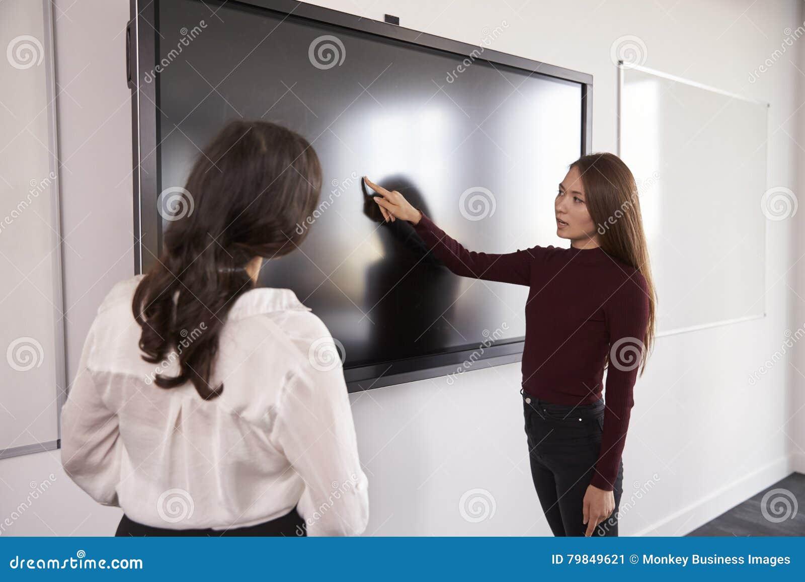 Студент и гувернер обсуждают проект на взаимодействующем Whiteboard