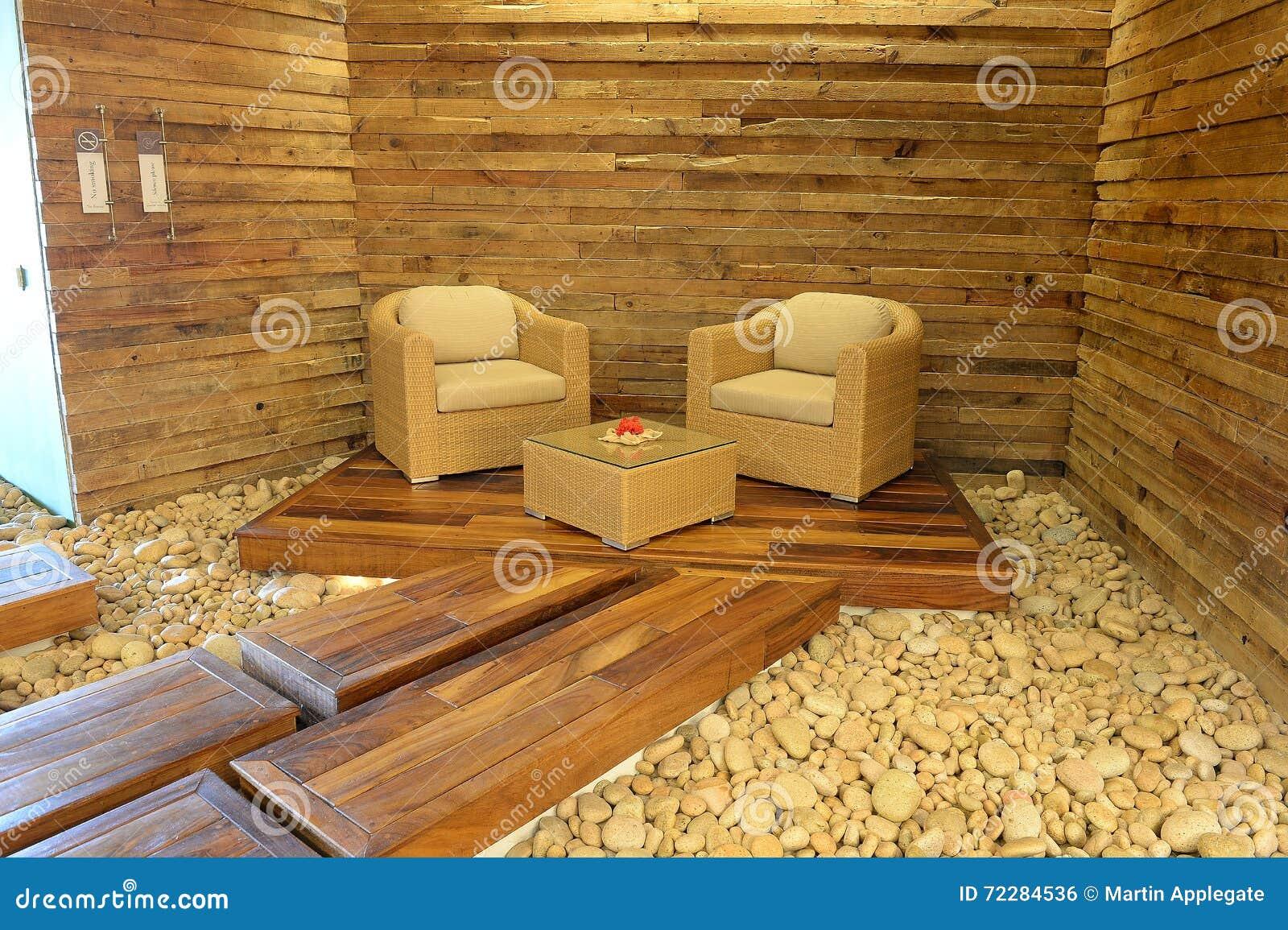 Download Стулья на деревянной платформе Стоковое Фото - изображение насчитывающей древесина, wicker: 72284536