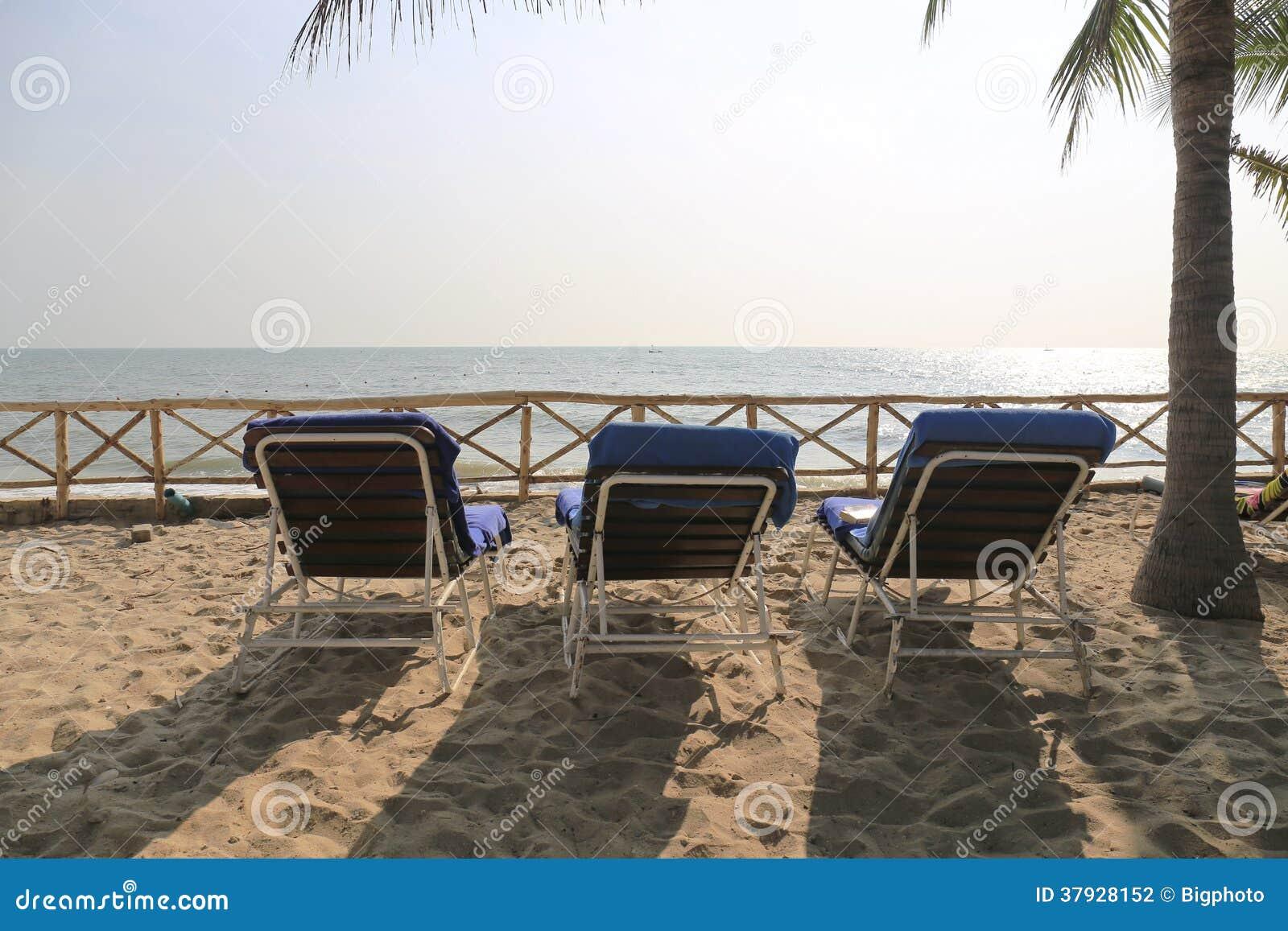 3 стуль берегом пляжа.