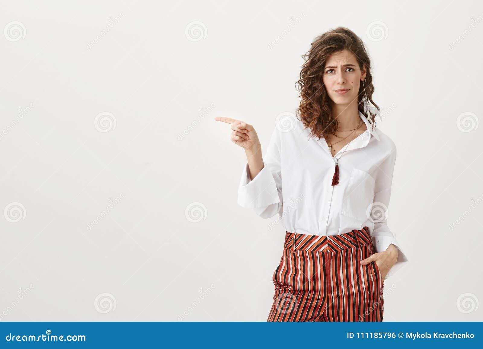 Стыд вы не используете эту возможность Портрет студии привлекательной кавказской женщины в ультрамодных striped брюках