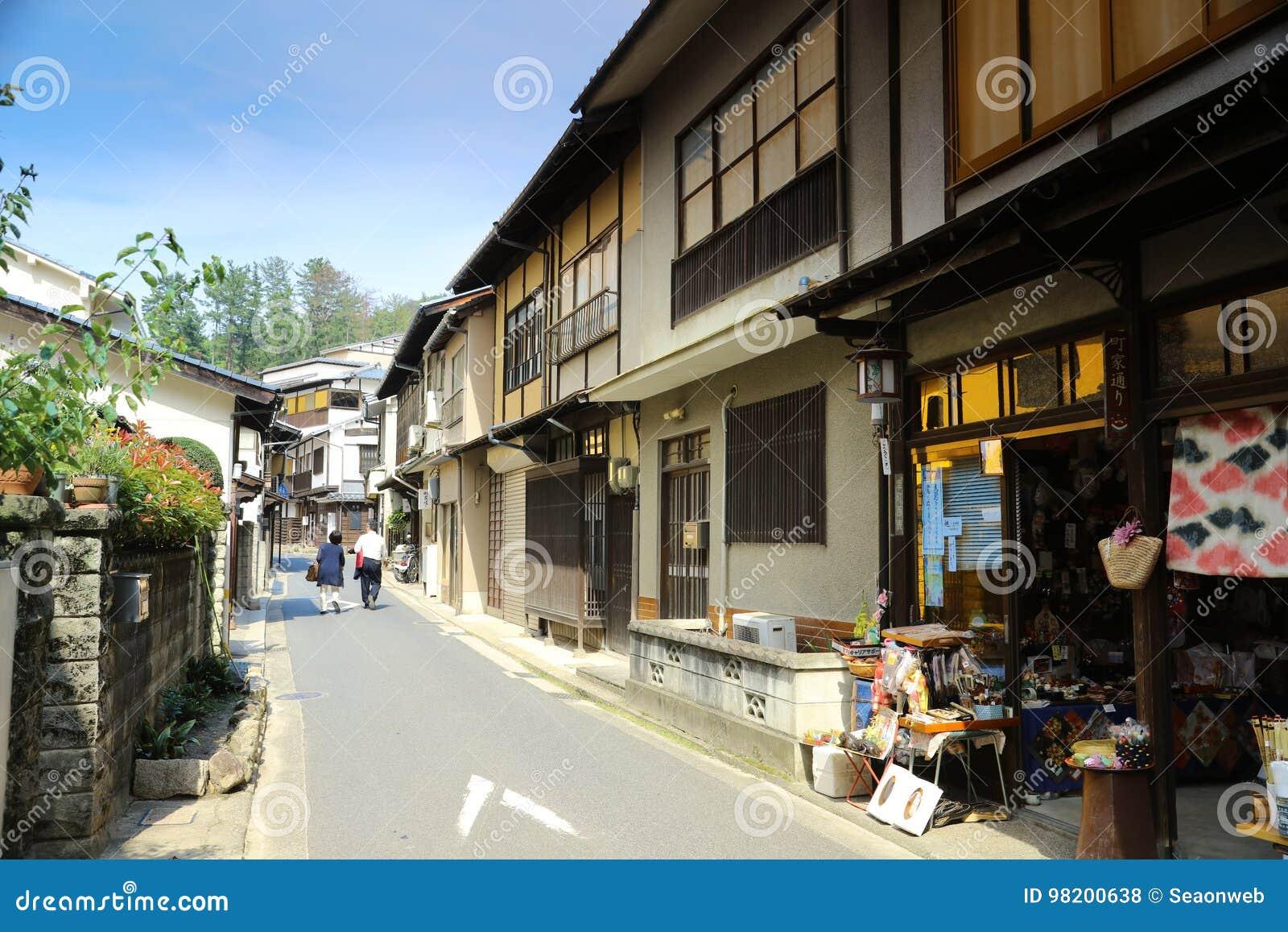 Download Сувенирные магазины посещения людей в Miyajima Редакционное Стоковое Фото - изображение насчитывающей япония, мир: 98200638