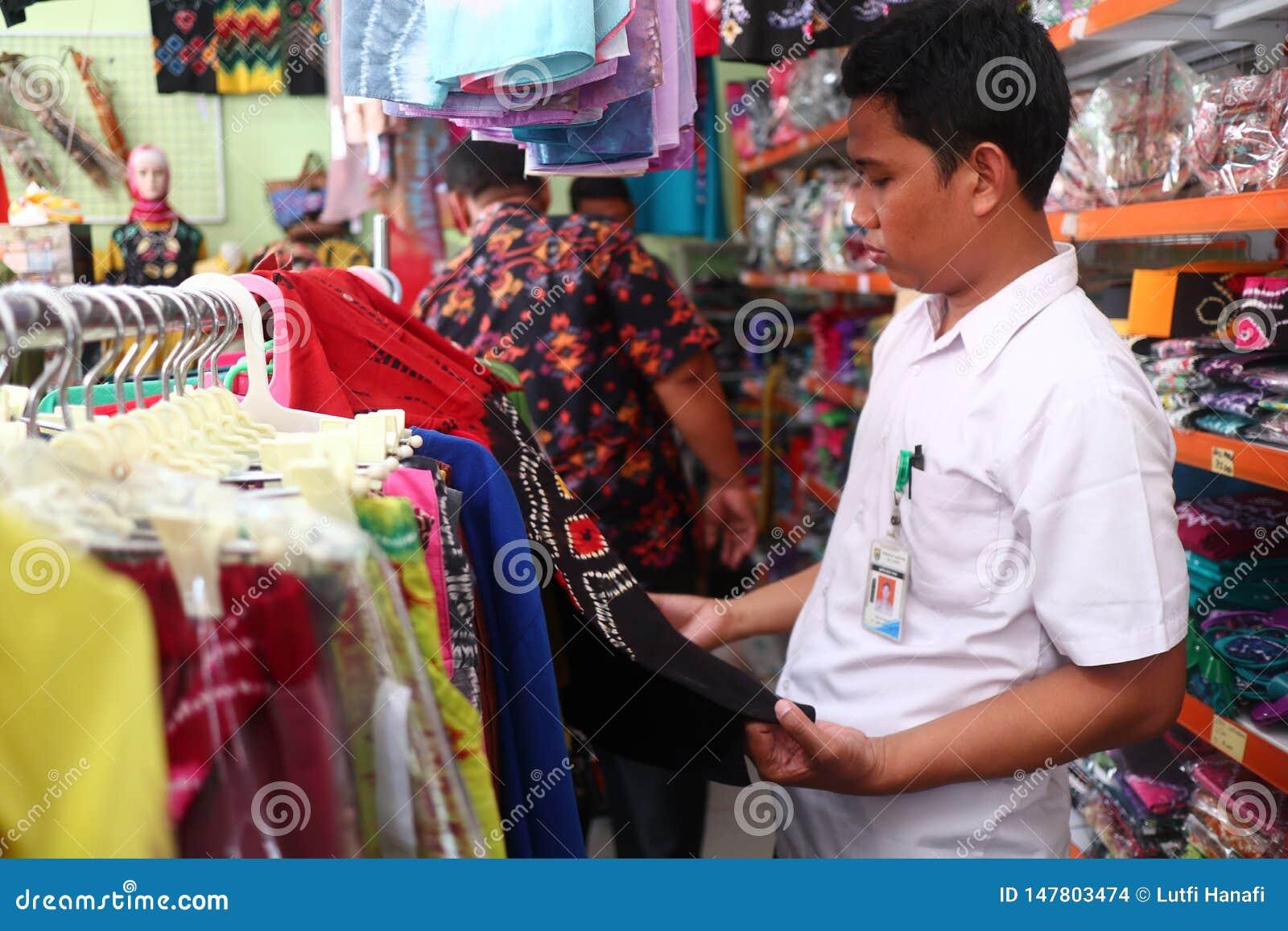 Сувенирный магазин в Banjarmasin, с разнообразие продуктами местной кухни