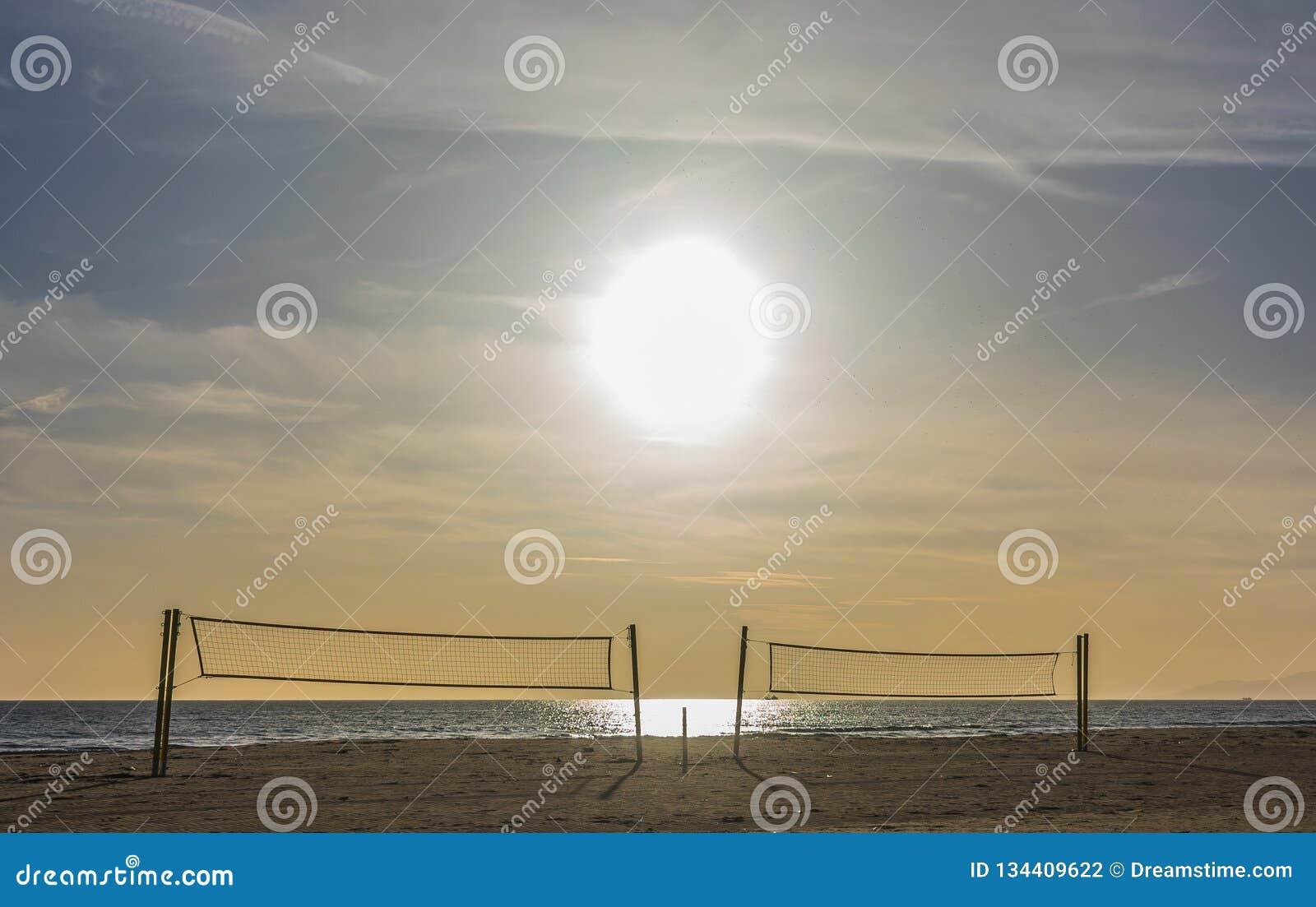Суд пляжа волейбола под солнечным днем