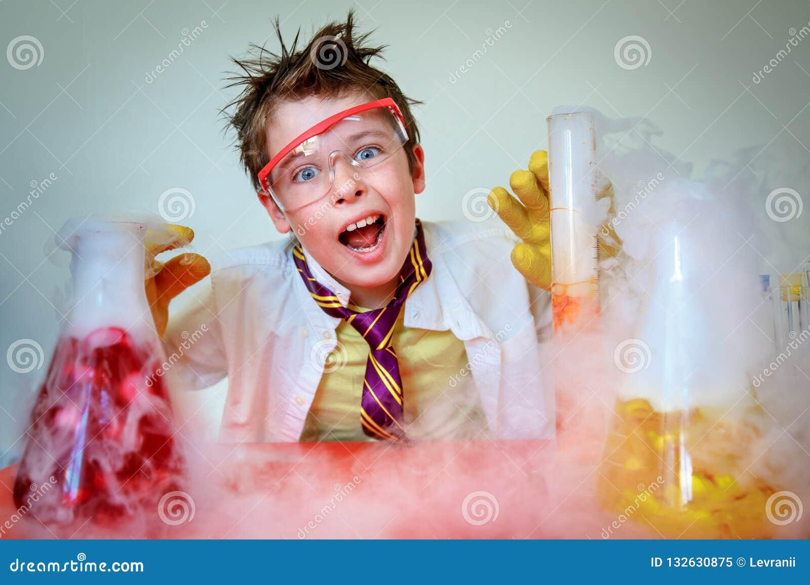 Сумасшедший ученый выполняя эксперименты в лаборатории