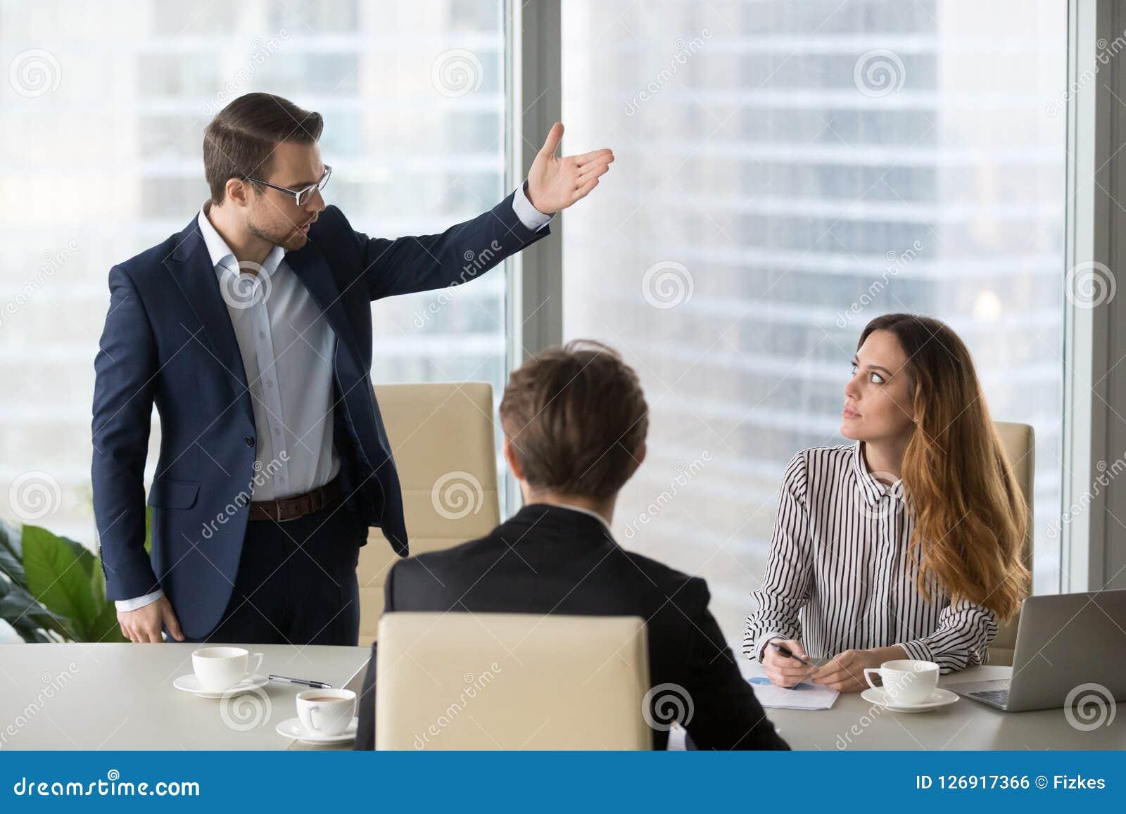 Сумашедший мужской работник спрашивая женскую встречу разрешения партнера
