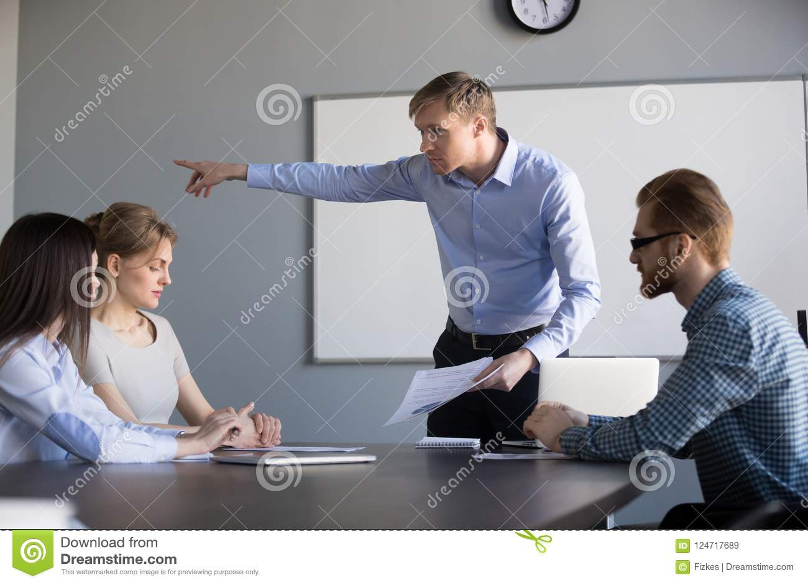 Сумашедший CEO (главный исполнительный директор) мужчины спрашивает встречу компании разрешения женского работника