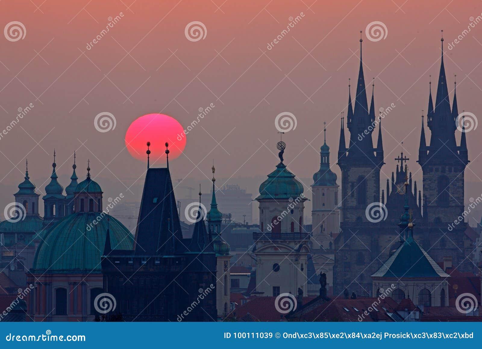 Сумерк в историческом городе Волшебное изображение башни с оранжевым солнцем в Праге, чехии, Европе Красивые детальные sunris