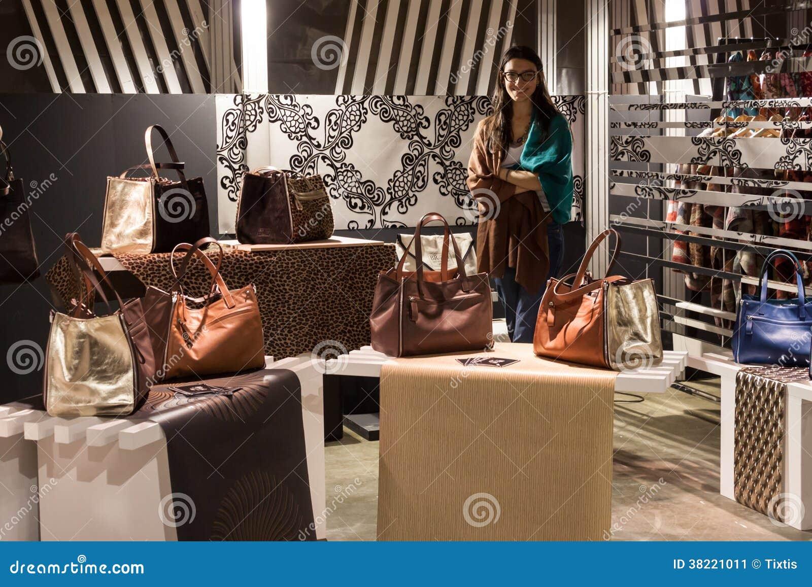 Выставка сумок в милане работа для девушек в уренгое