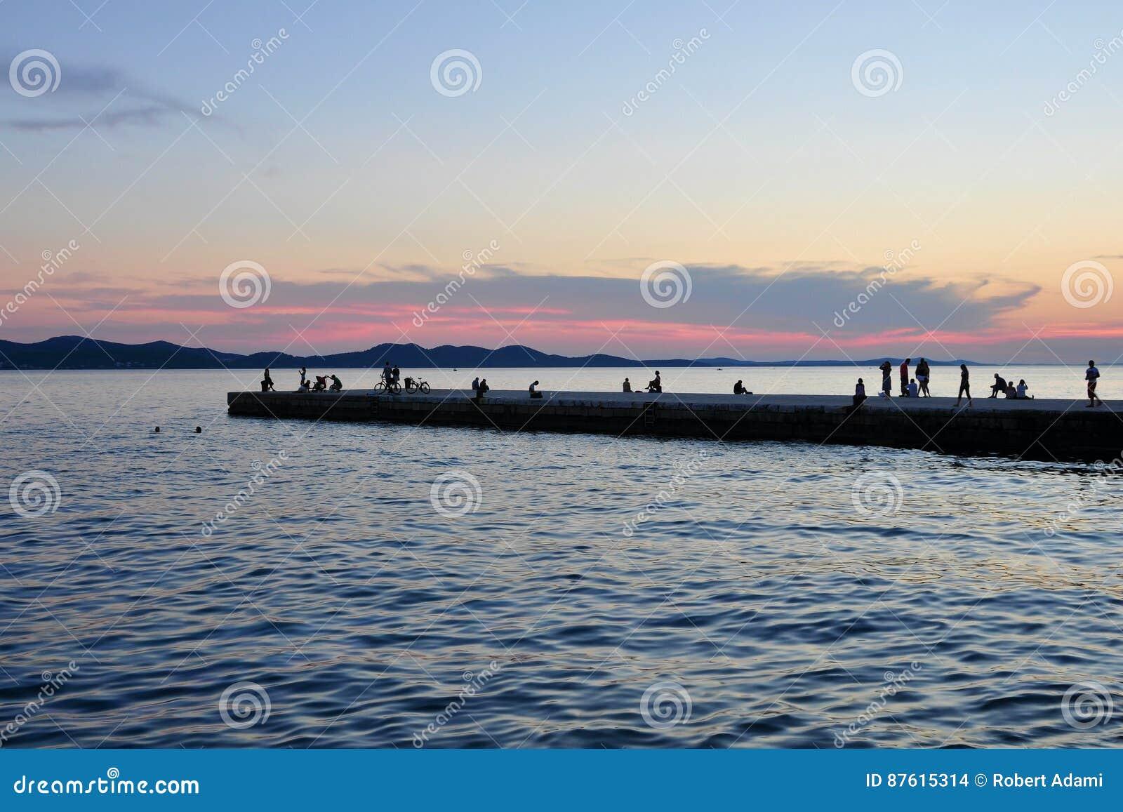 Сумрак идиллии Красивая атмосфера на пристани