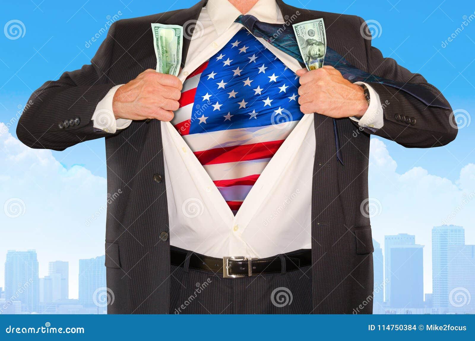 Супергерой бизнесмена схватывая деньги и раскрывая рубашку для того чтобы показать флаг Соединенных Штатов Америки