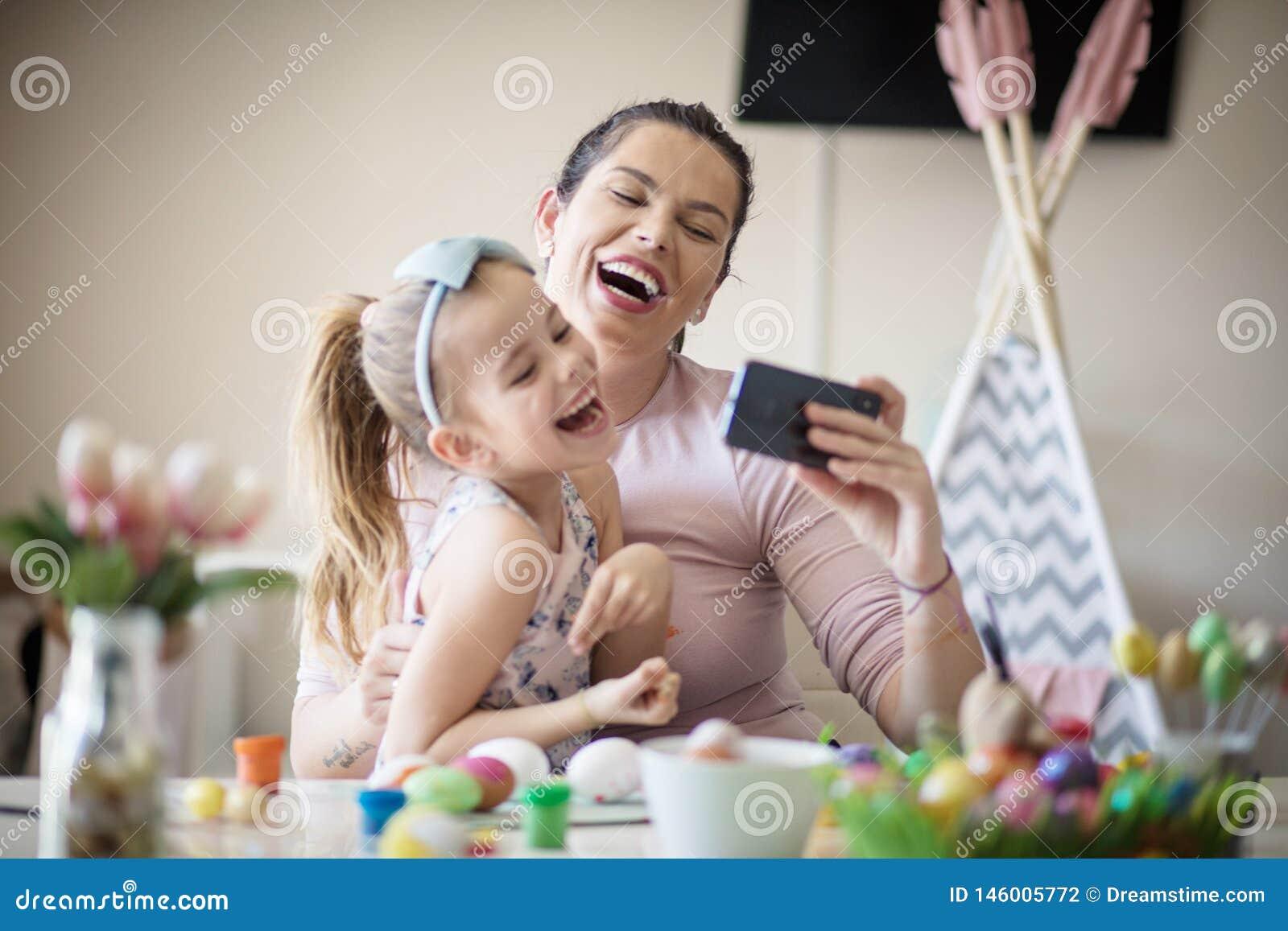 Супер счастливое для того чтобы потратить время с мамой