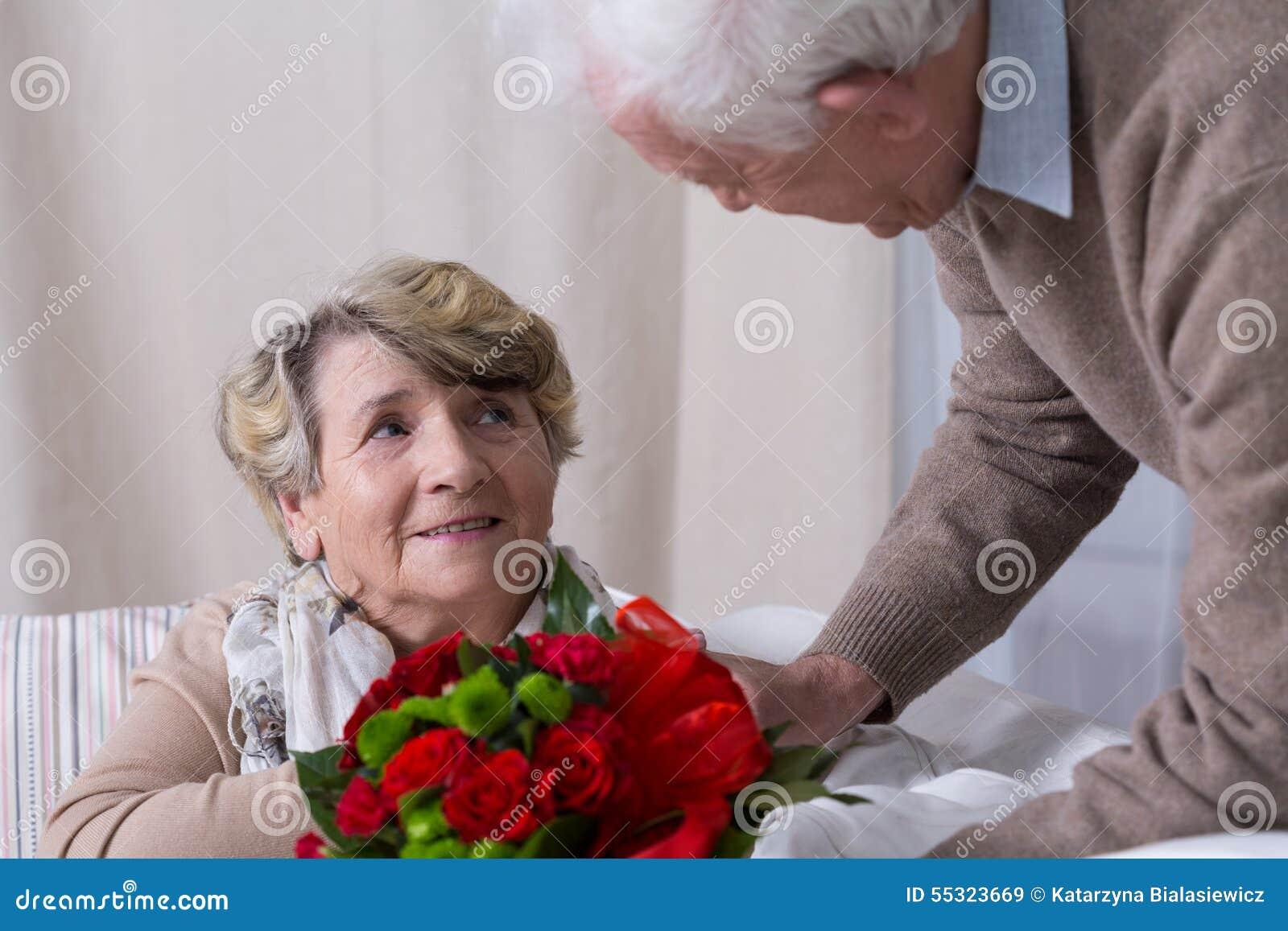 Супруг давая подарок годовщины жены