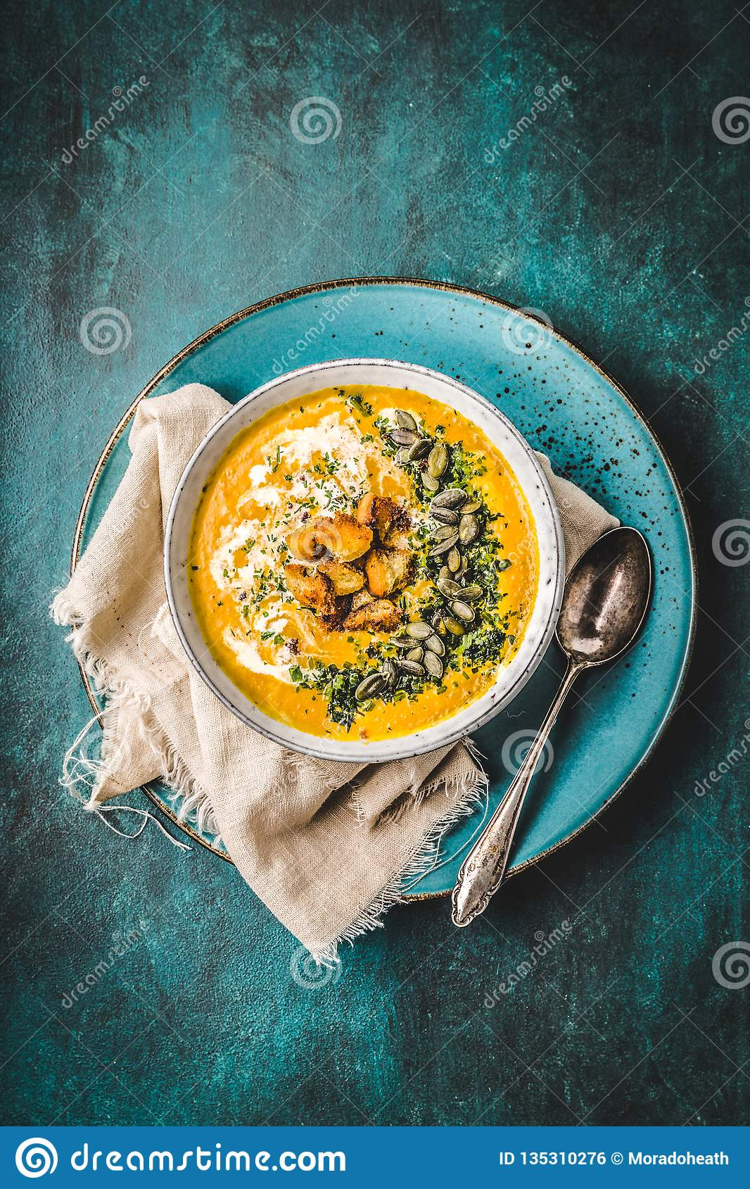 Суп тыквы со сливками, травы и семена