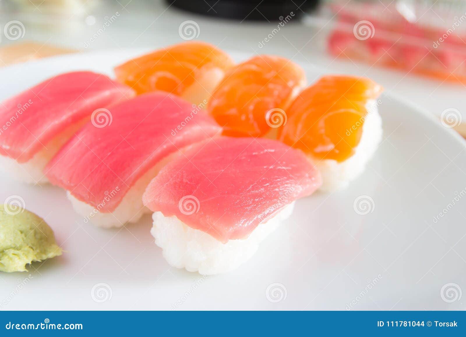 Суши установленные на белую плиту Еда Janpan