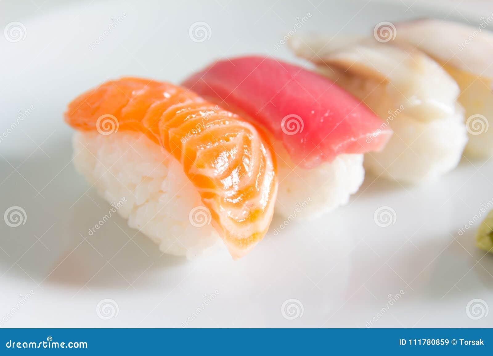Суши установленные на белую плиту