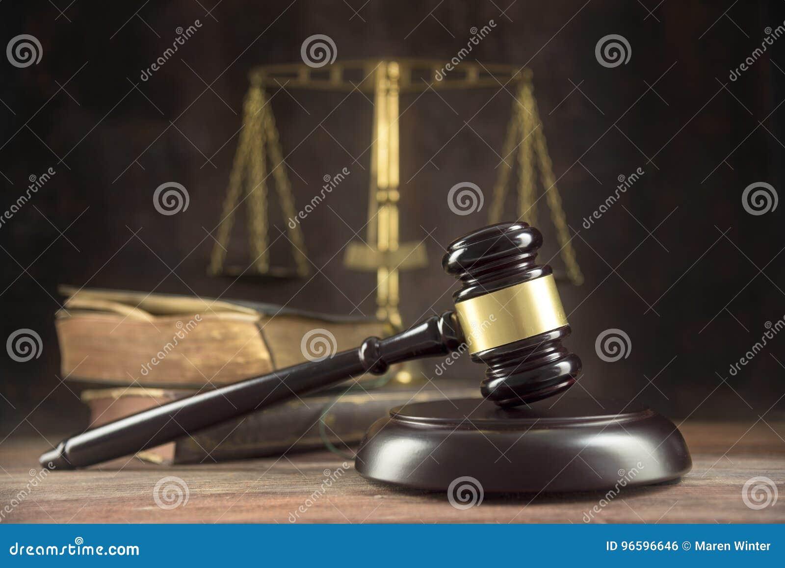 Судите молоток, старые книги и масштабы на деревянном столе, sym правосудия