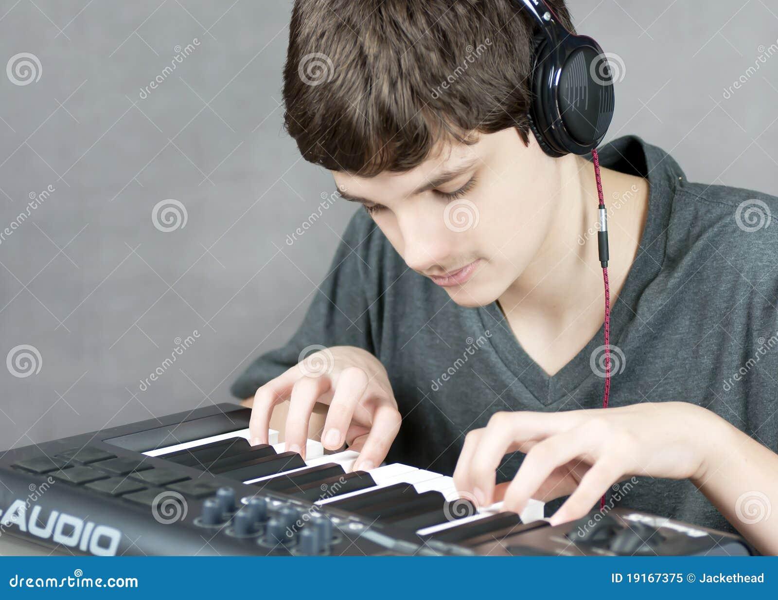 сфокусированная клавиатура играет предназначенное для подростков