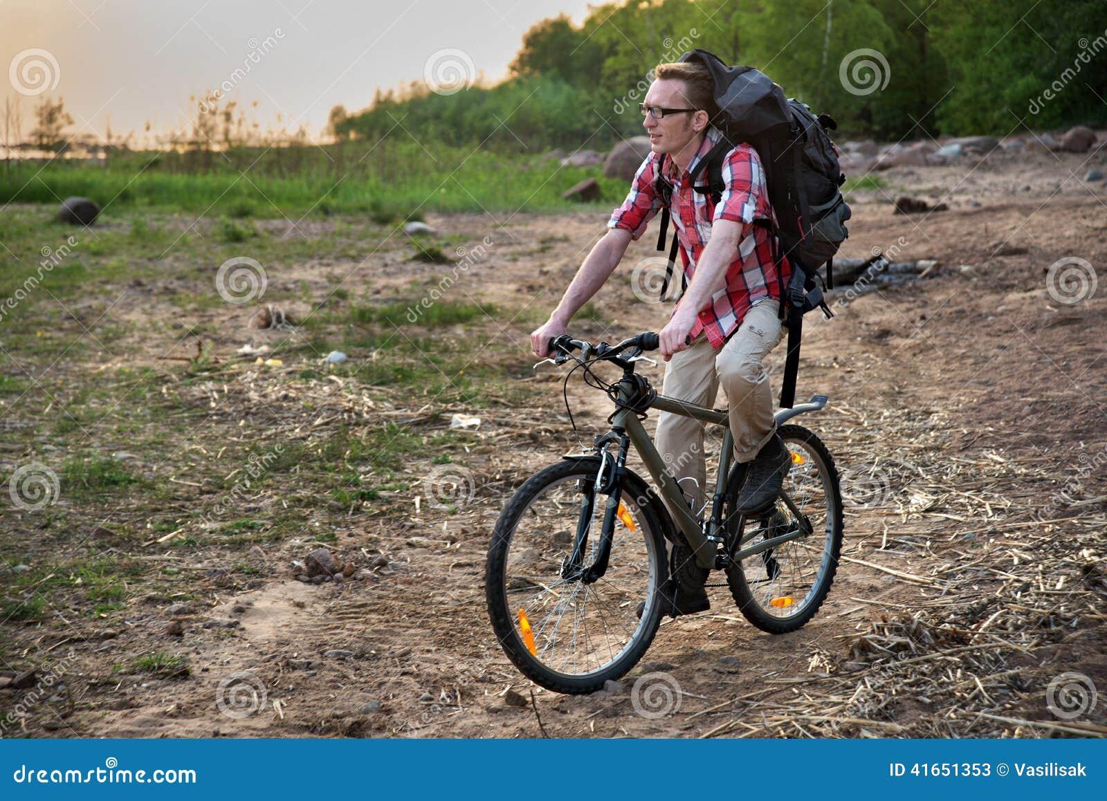 Сфокусированное катание велосипедиста на пляже