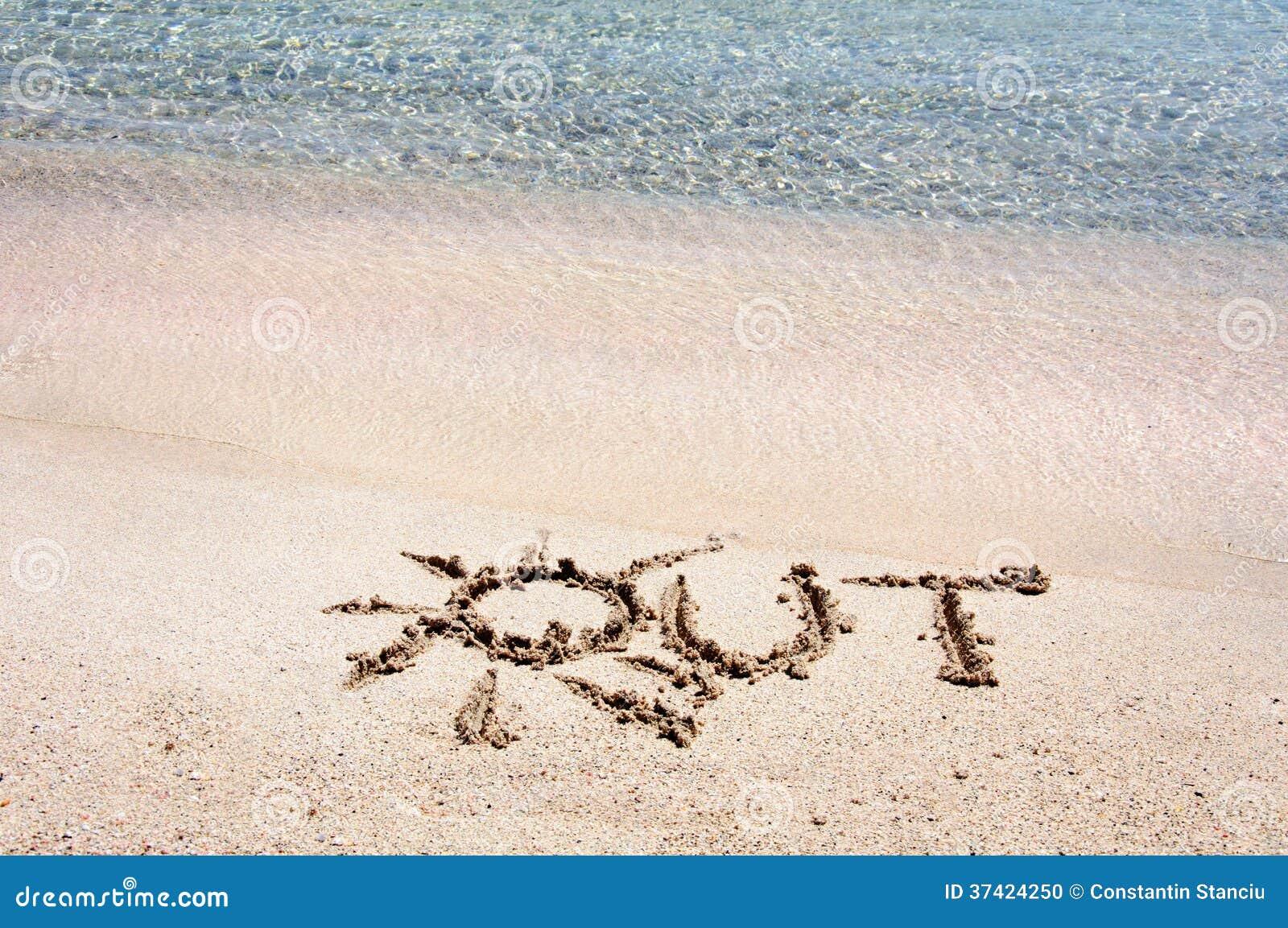 Сформулируйте ВНЕ написанный на песке на красивом пляже, волнах сини в предпосылке