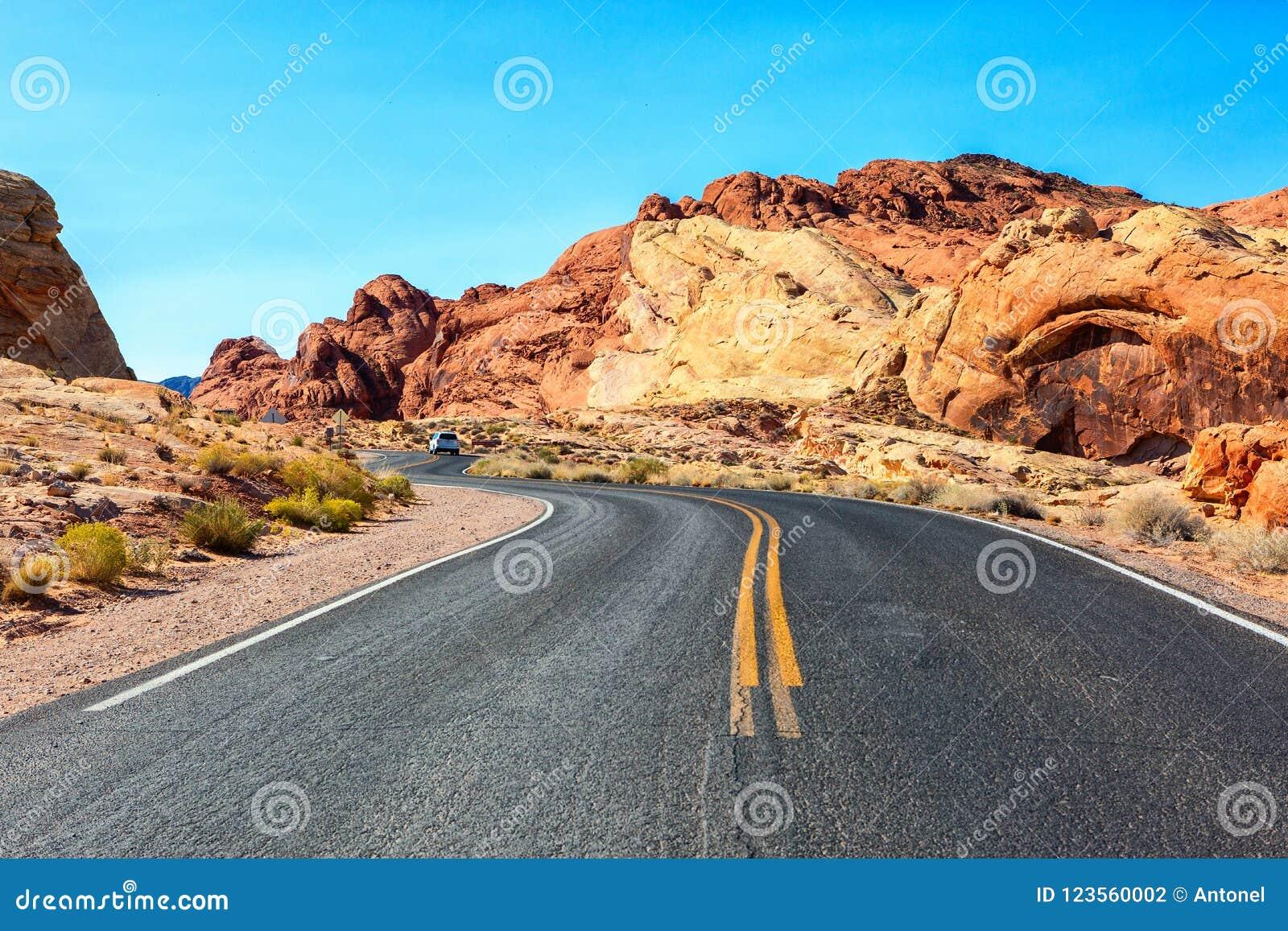 Сценарная дорога в долине парка штата огня, Невады, Соединенных Штатов
