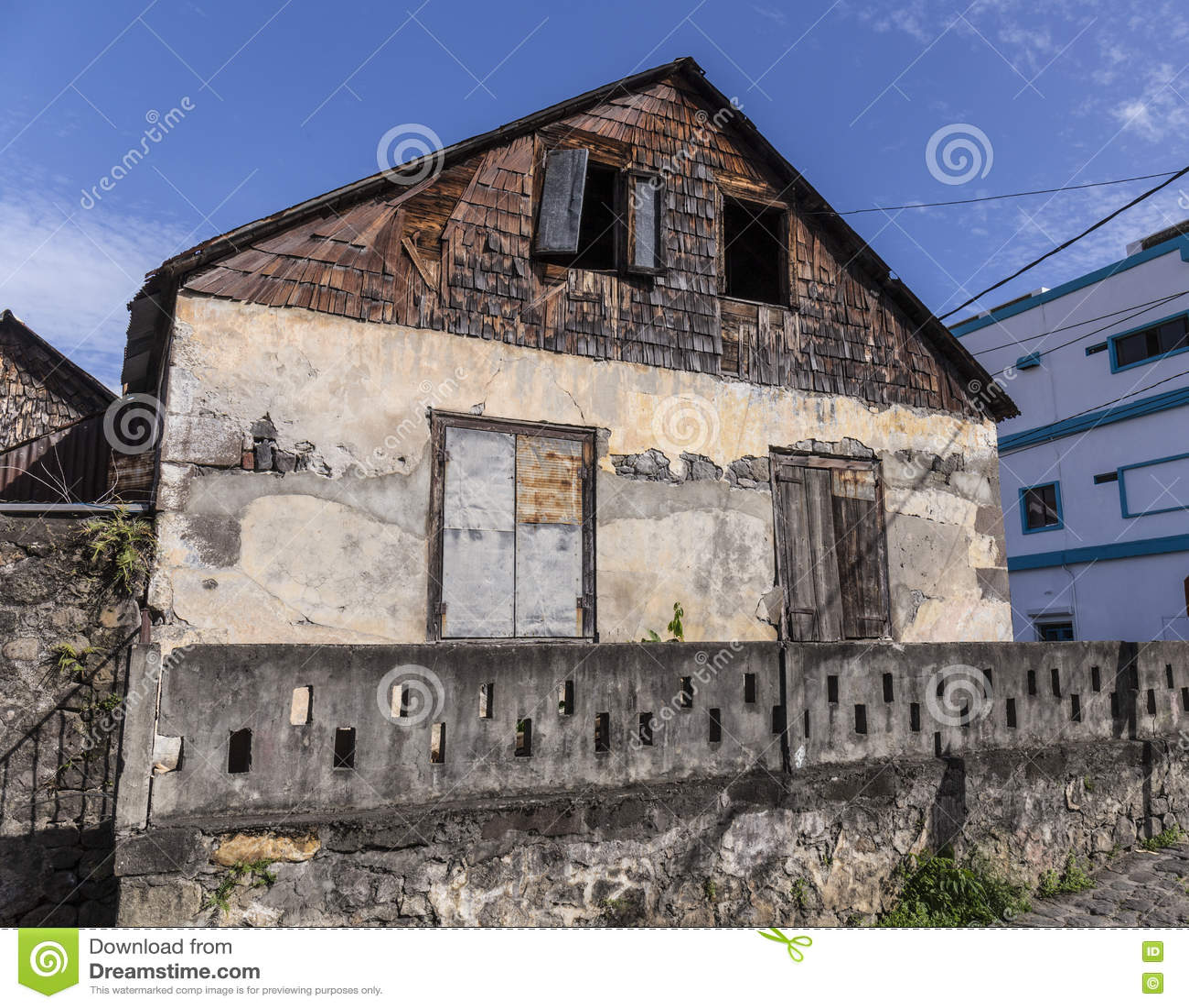 Сценарная деревянная хата в квартальной территории Кариб в Розо
