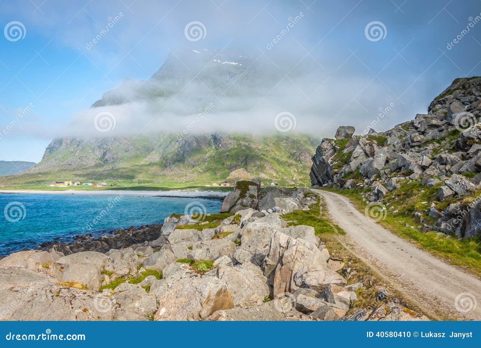 Сценарная дорога и красивые горы в Норвегии
