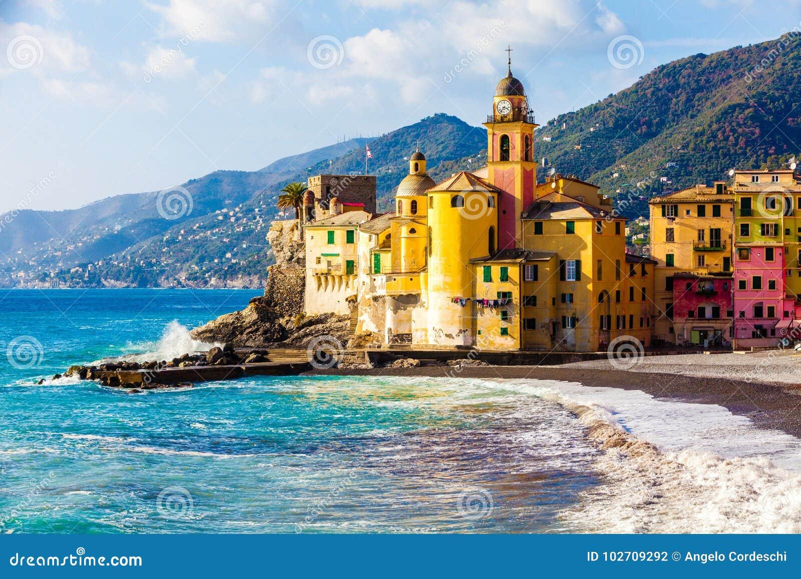 Сценарное среднеземноморское побережье Camogli riviera, Италия