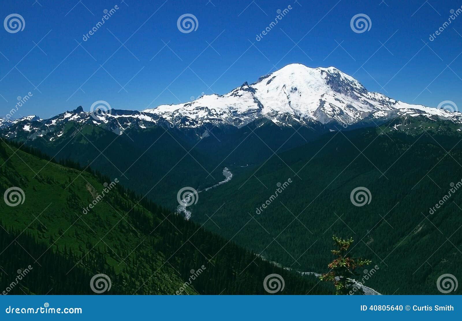 Сценарное Mount Rainier в штате Вашингтоне
